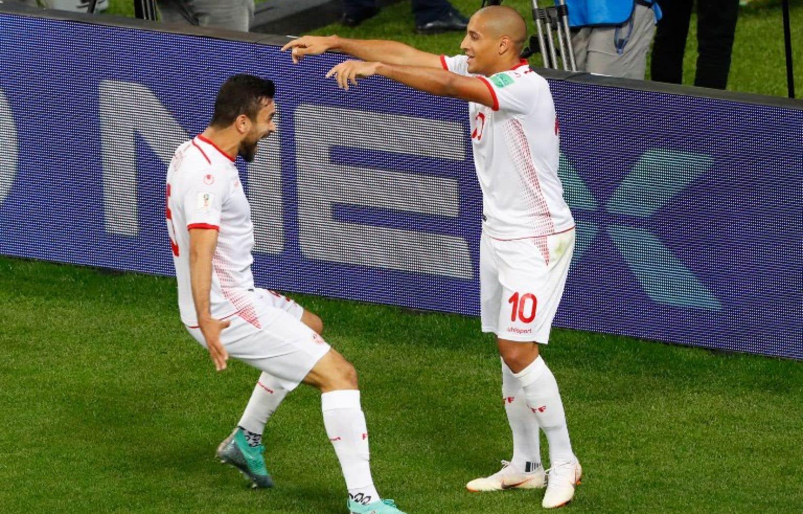 Le capitaine de la Tunisie,Wahbi Khazri (à droite), célèbre son but avec son coéquipierOussama Haddadi.