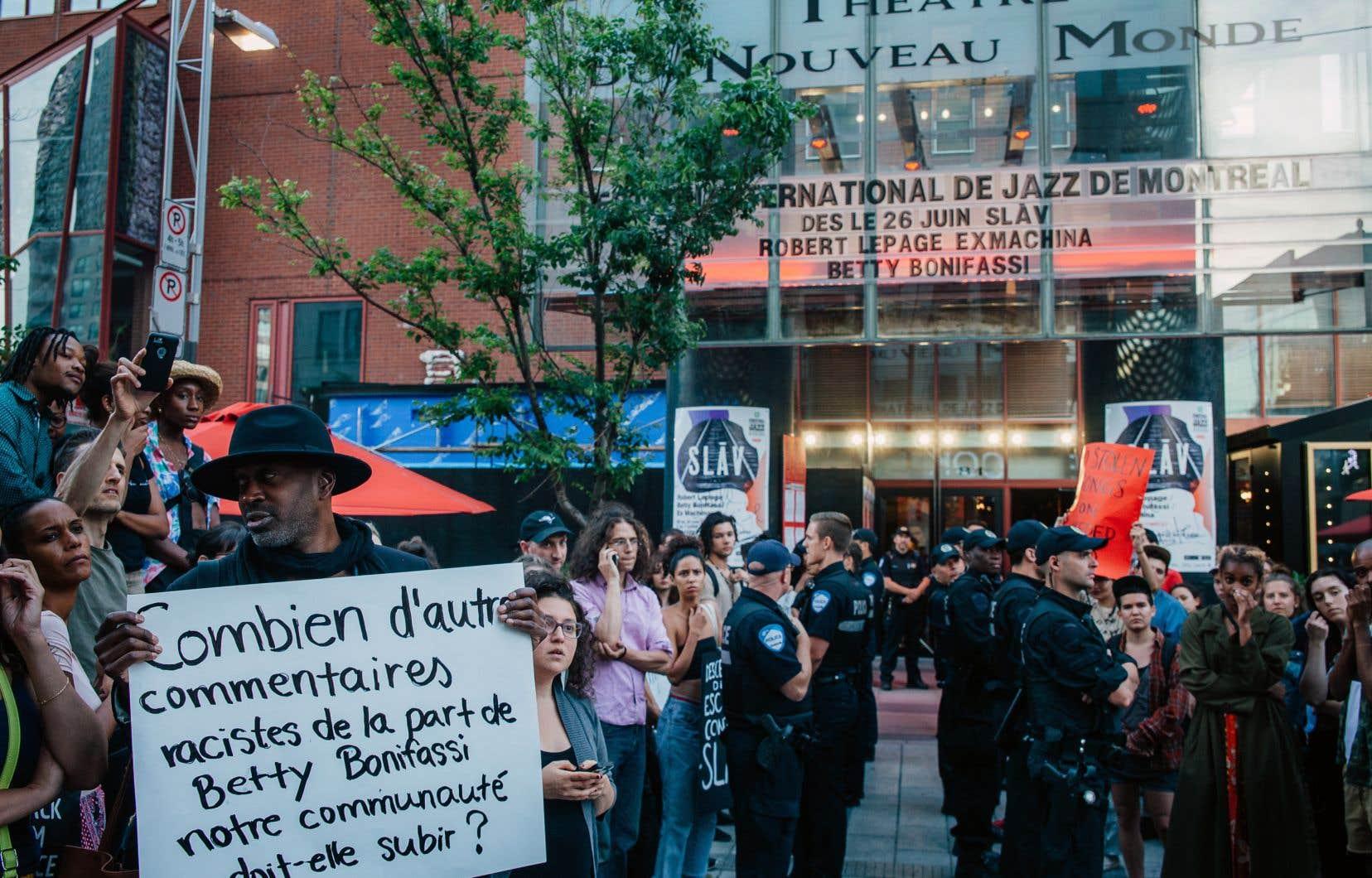 Quelques dizaines de manifestants se sont rassemblés devant le Théâtre du Nouveau Monde mardi soir pour demander l'annulation du spectacle.