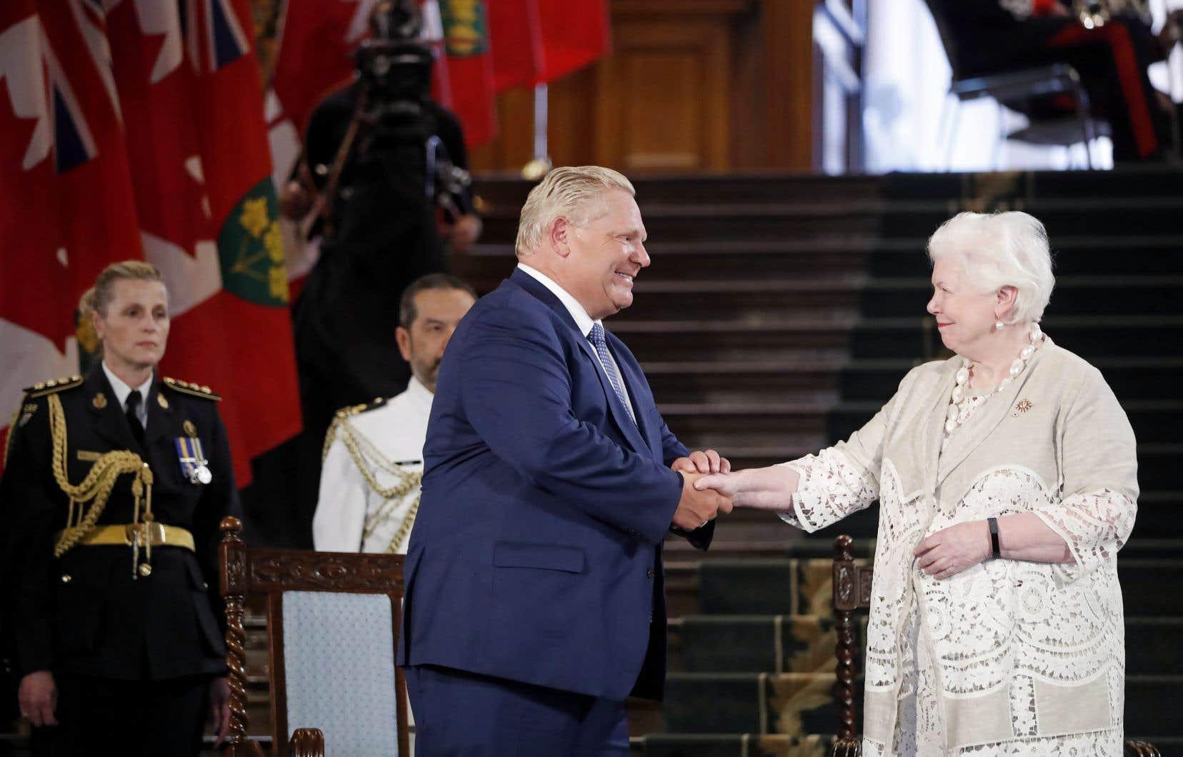 Le chef progressiste-conservateur, Doug Ford, serre la main de lieutenante-gouverneure Elizabeth Dowdeswell, vendredi à l'Assemblée législative de l'Ontario.