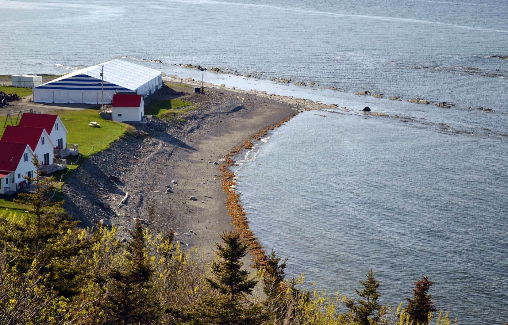 Après l'incendie du Théâtre de la Vieille Forge, haut lieu de l'événement, il ne restait pratiquement que les rochers et la mer. Au moins, eux ne pouvaient pas brûler.