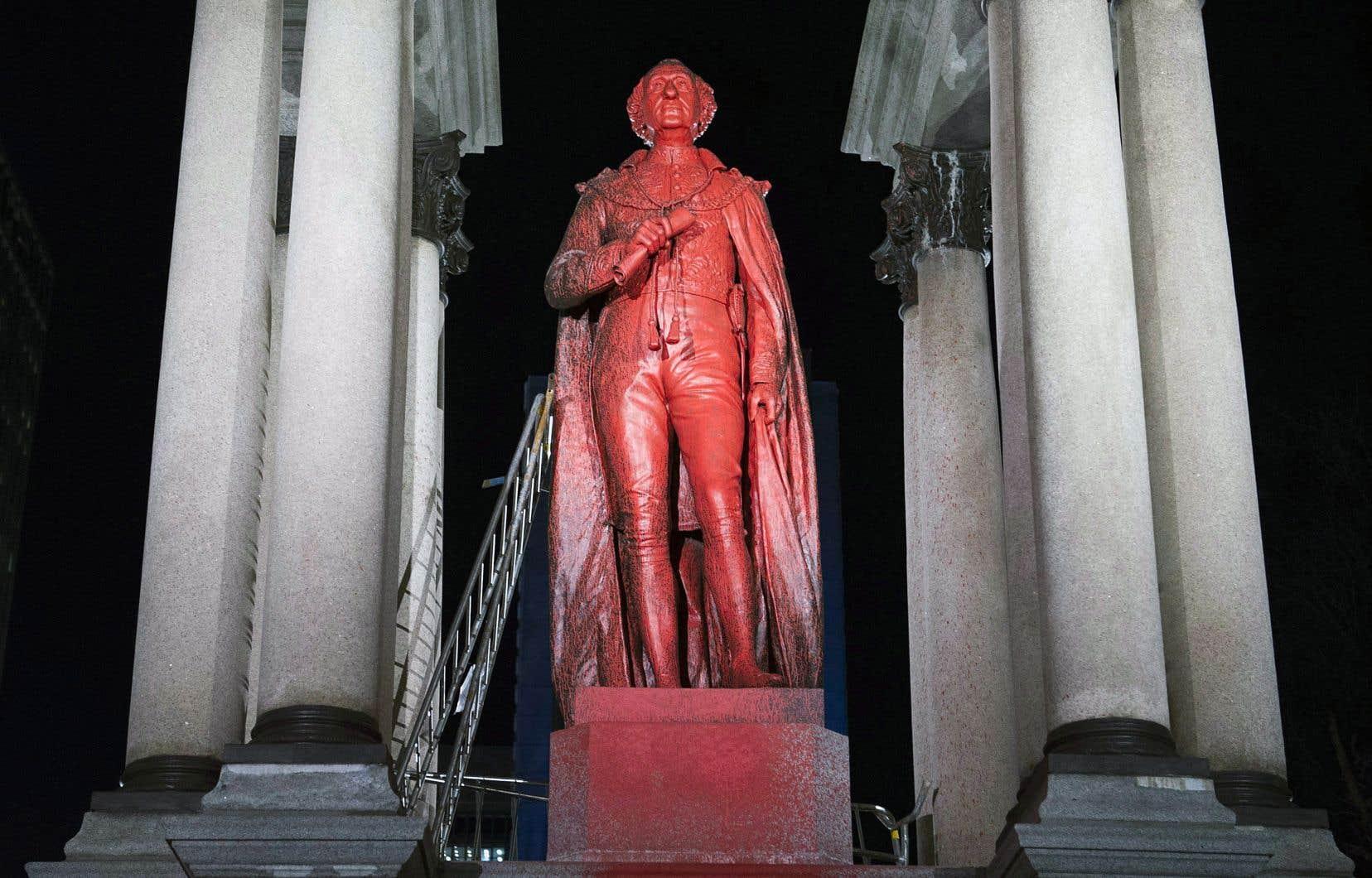 Une statue de John A. Macdonald avait été recouverte de peinture rouge sur la place du Canada, à Montréal, en novembre dernier.