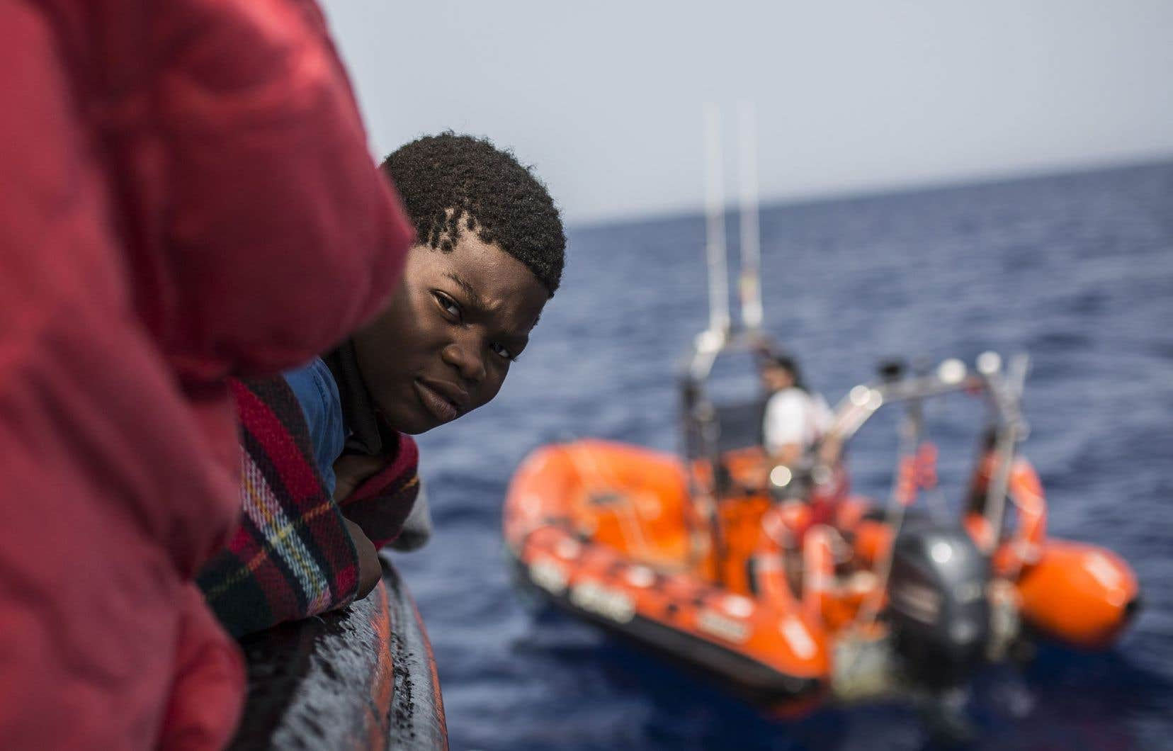 Un enfant sauvé au large de la côte libyenne,à bord d'un canot pneumatique de l'ONG espagnole ProactivaOpen Arms, samedi<br />