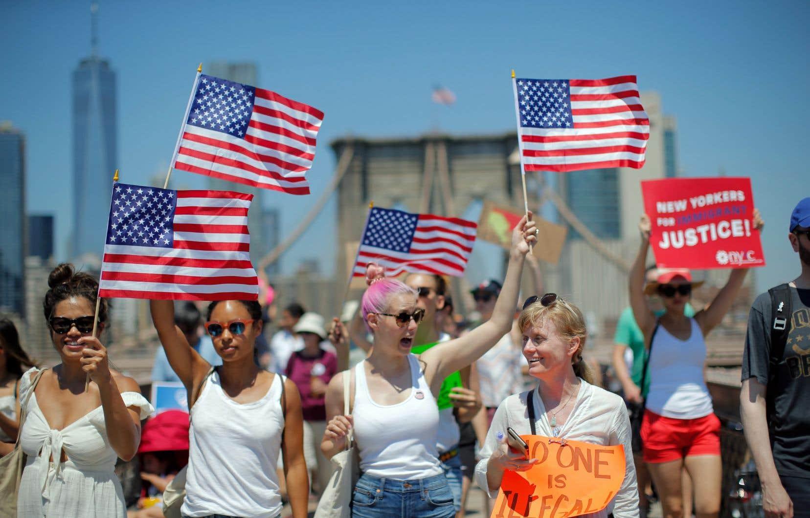 À New York, plusieurs milliers de personnes se sont retrouvées dans le sud de Manhattan et ont traversé le Brooklyn Bridge pour manifester, samedi.