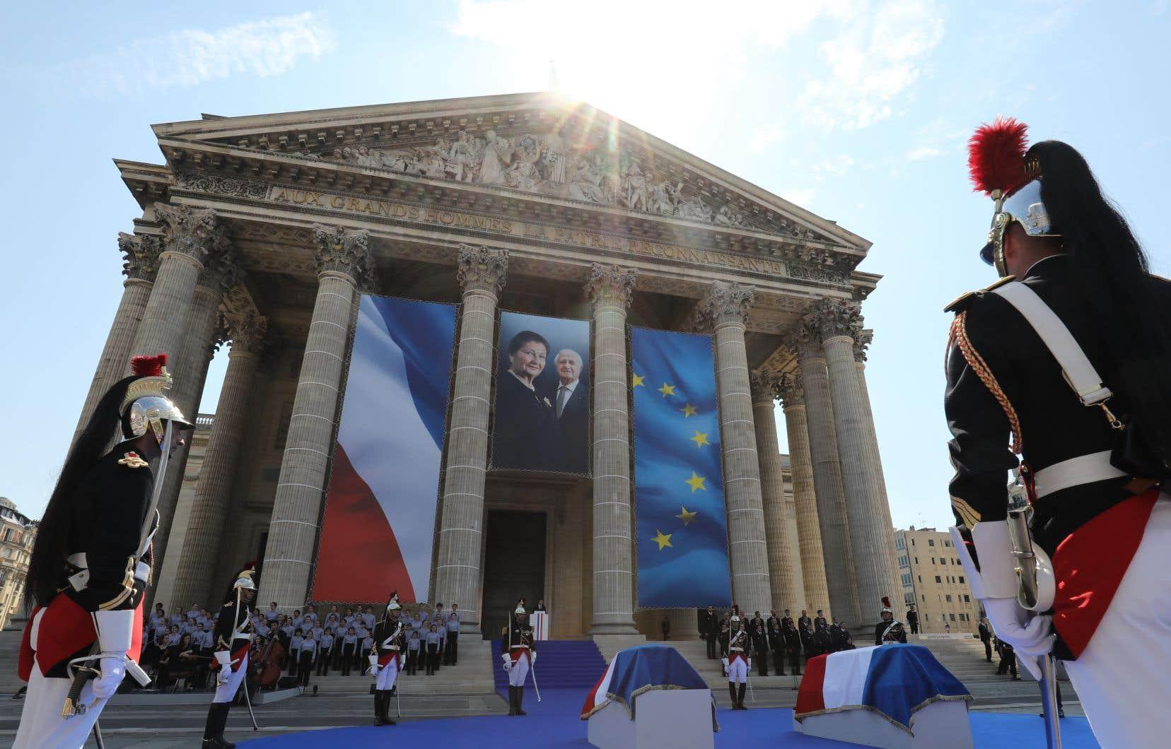 <p>Les Français sont invités à lui rendre hommage sous la coupole du Panthéon jusqu'à ce que les deux cercueils soient portés lundi dans le sixième caveau de la crypte.</p>