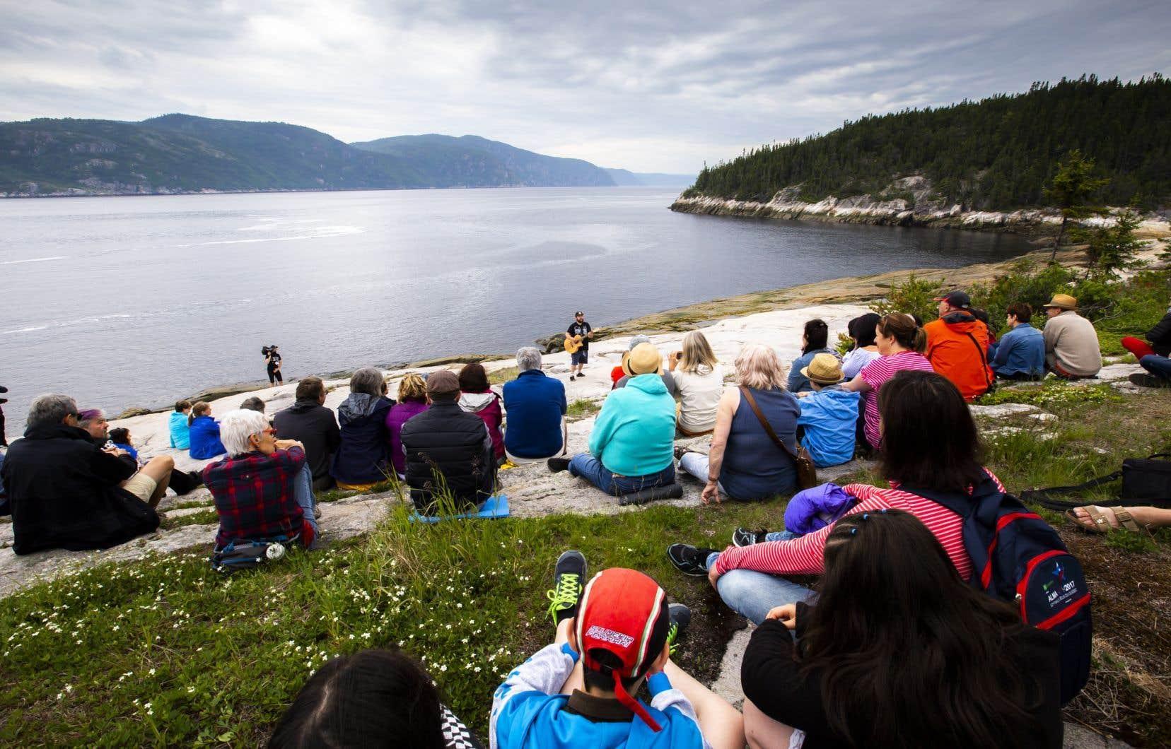 Spectacle à la pointe de l'islet, avec le fjord du Saguenay en toile de fond