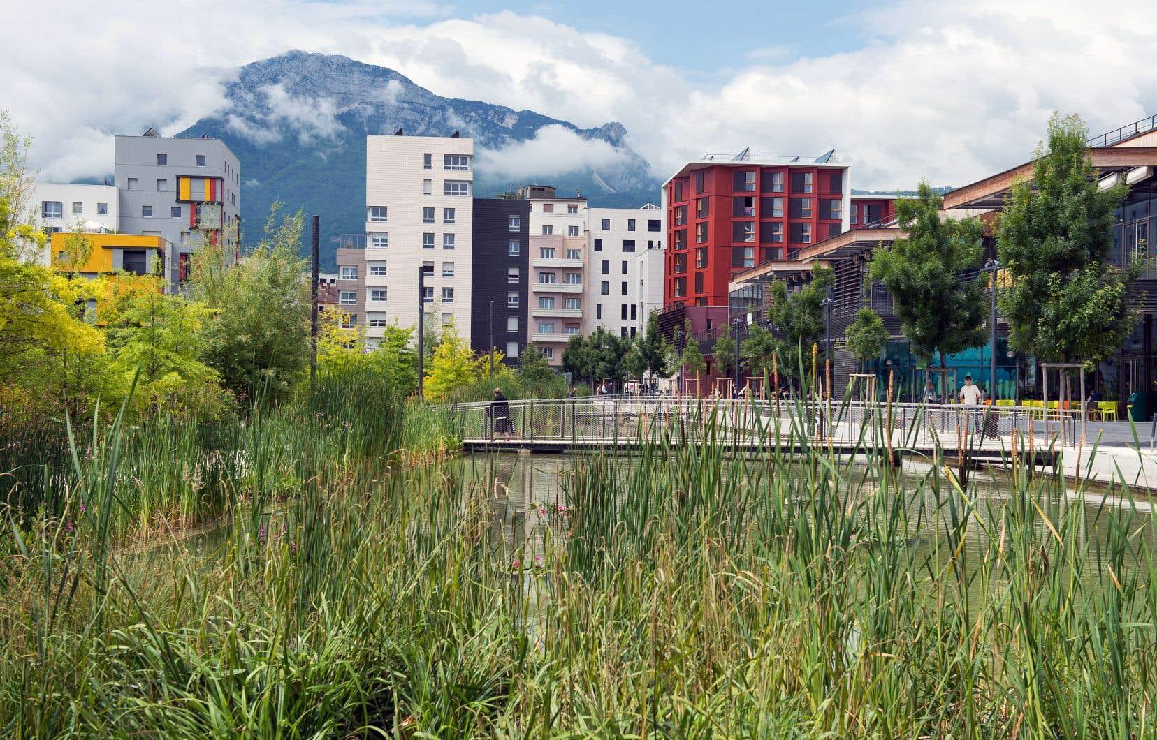 Le centre commercial de la caserne de Bonne (à droite), situé à Grenoble, est entièrement conçu dans un souci d'exemplarité sur le plan du développement durable.