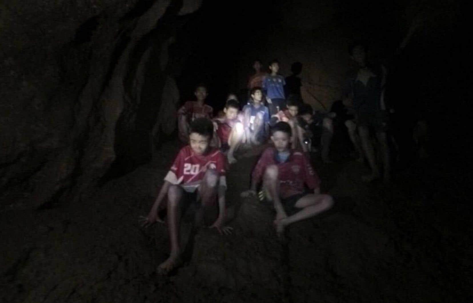 Les enfants, âgés de 11 à 16 ans, ont été découverts tard lundi avec leur entraîneur de 25 ans par des plongeurs britanniques, émaciés, mais «sains et saufs», à plus de 4 km à l'intérieur de la galerie.