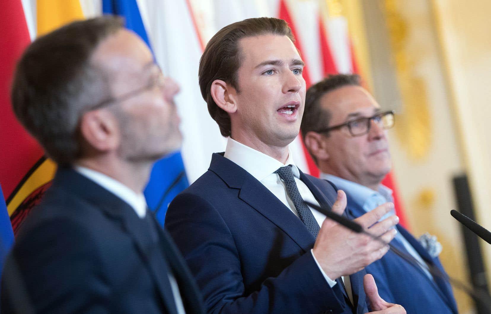 Le ministre de l'Intérieur de l'Autriche, Herbert Kickl (à gauche), le chancelier, Sebastian Kurz (à l'avant-plan), et le vice-chancelier, Heinz-Christian Strache, à Vienne mardi