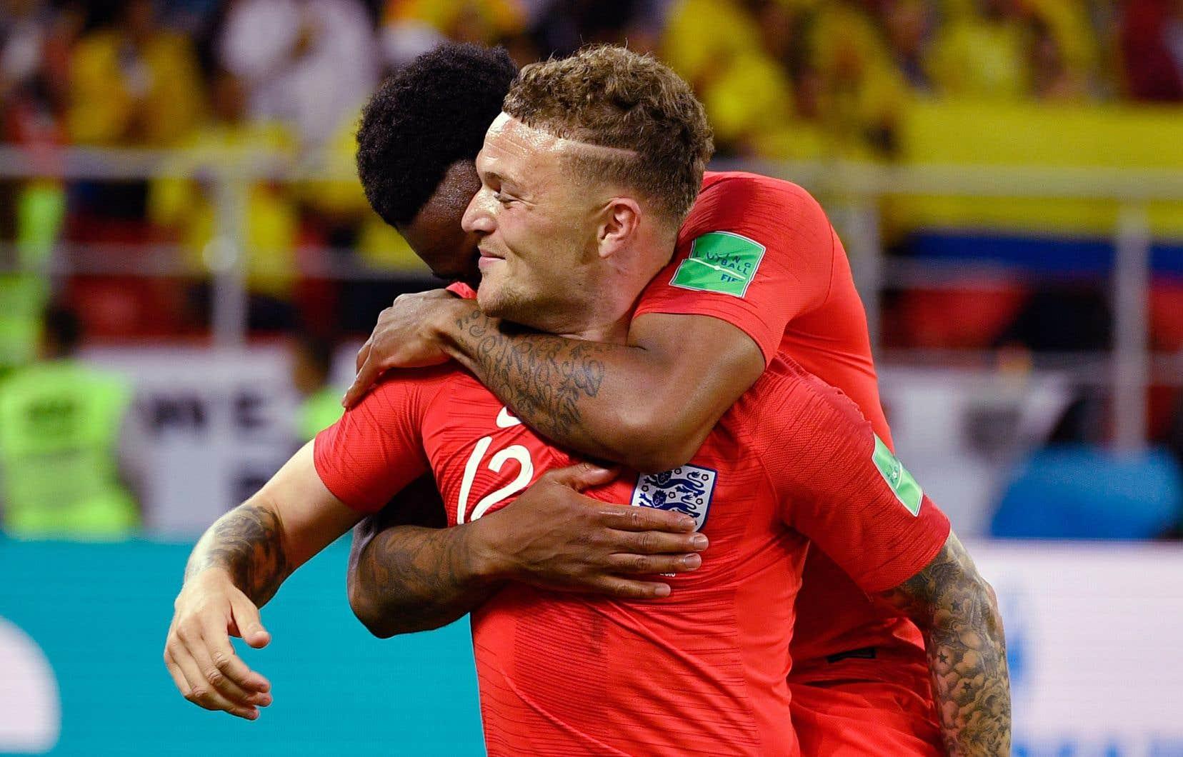 Danny Rose et Kieran Trippier célèbrent la victoire.