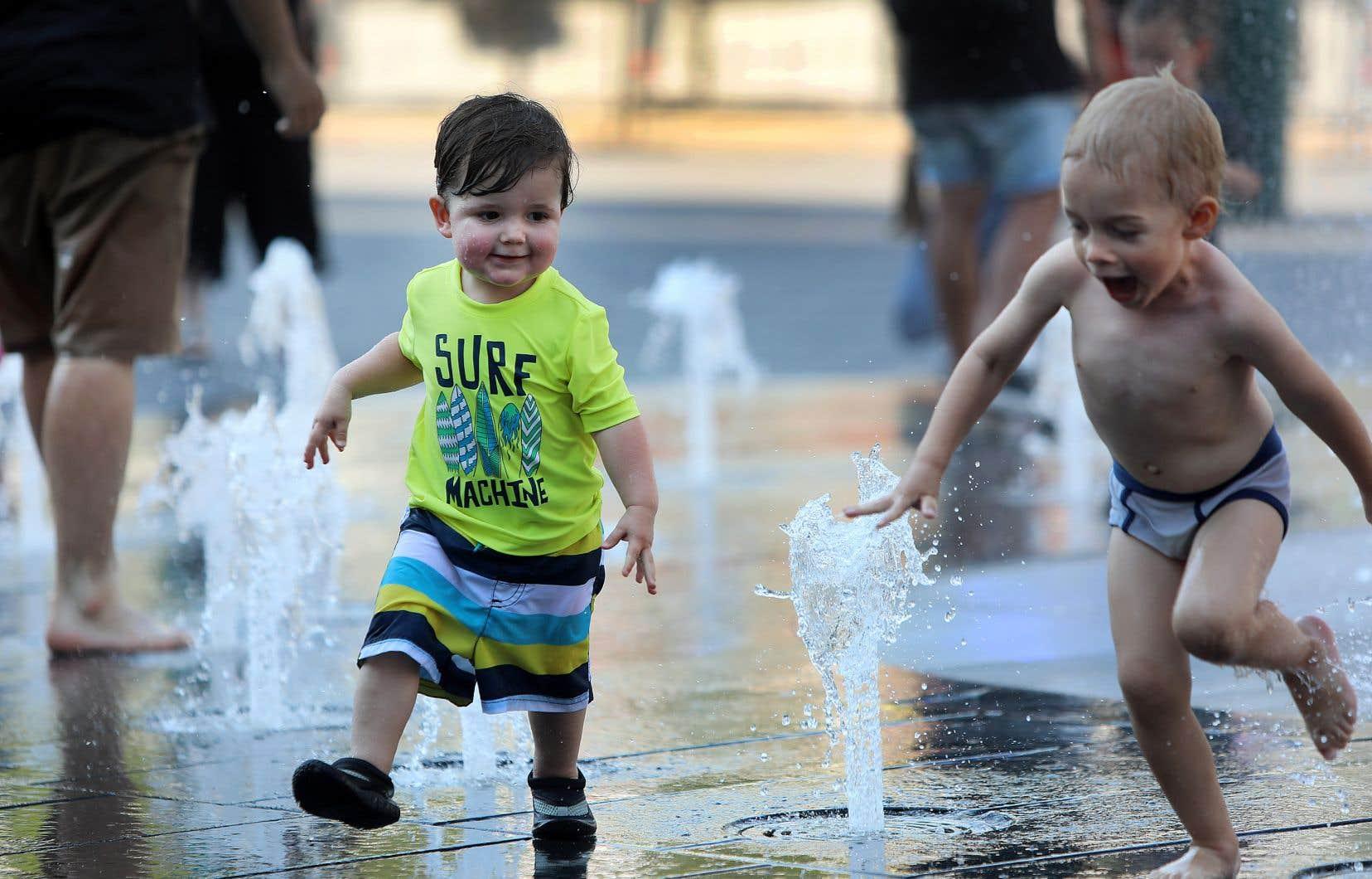 Des tout-petits trouvent des occasions de jeux à la place des Festivals de Montréal.