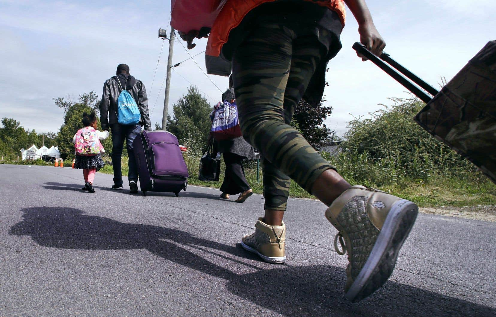 Le nombre de demandeurs d'asile qui traversent la frontière de façon irrégulière au chemin Roxham au Québec a diminué, selon les plus récentes statistiques compilées par le ministère fédéral de l'Immigration.