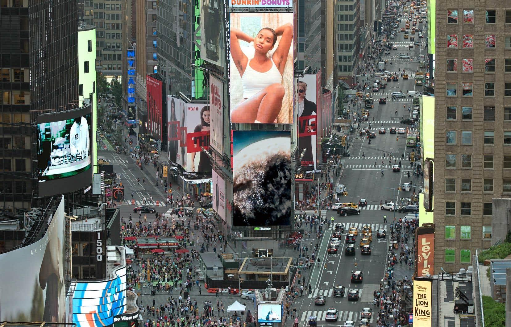 La compagnie Billie a lancé sa campagne publicitaire de rasoirs sur Times Square à New York.