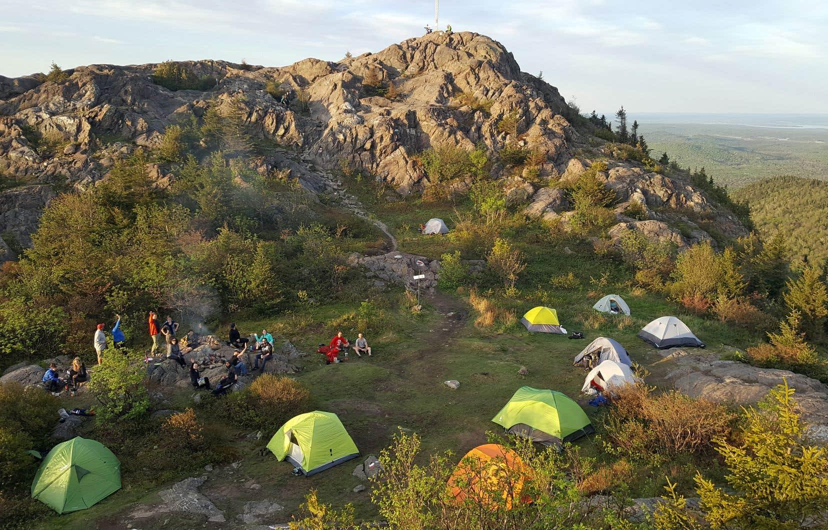 Les randonneurs peuvent dormir une nuit au sommet du mont Ham.
