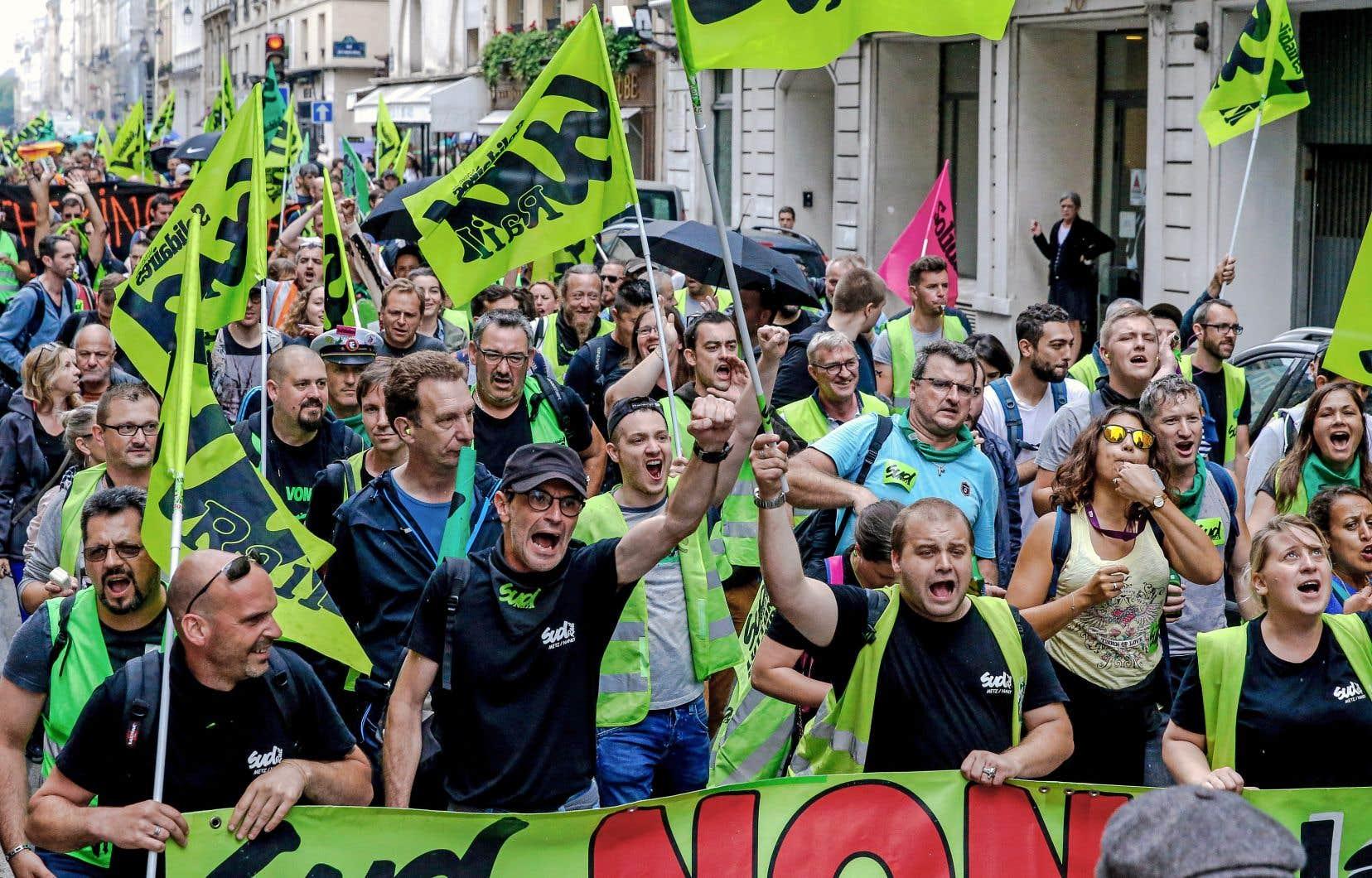 Les travailleurs sont aussi victimes du recul des syndicats, selon l'OCDE. Sur la photo, les cheminots français en pleine manifestation, le 11juin.