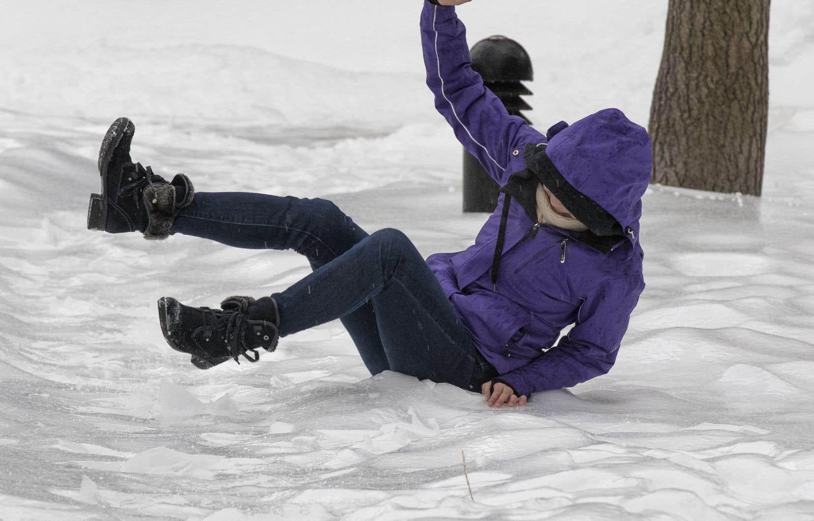 Quelque 8800 blessures liées aux chutes sont survenues après que les personnes eurent glissé sur une plaque de glace, selon les données de l'ICIS.