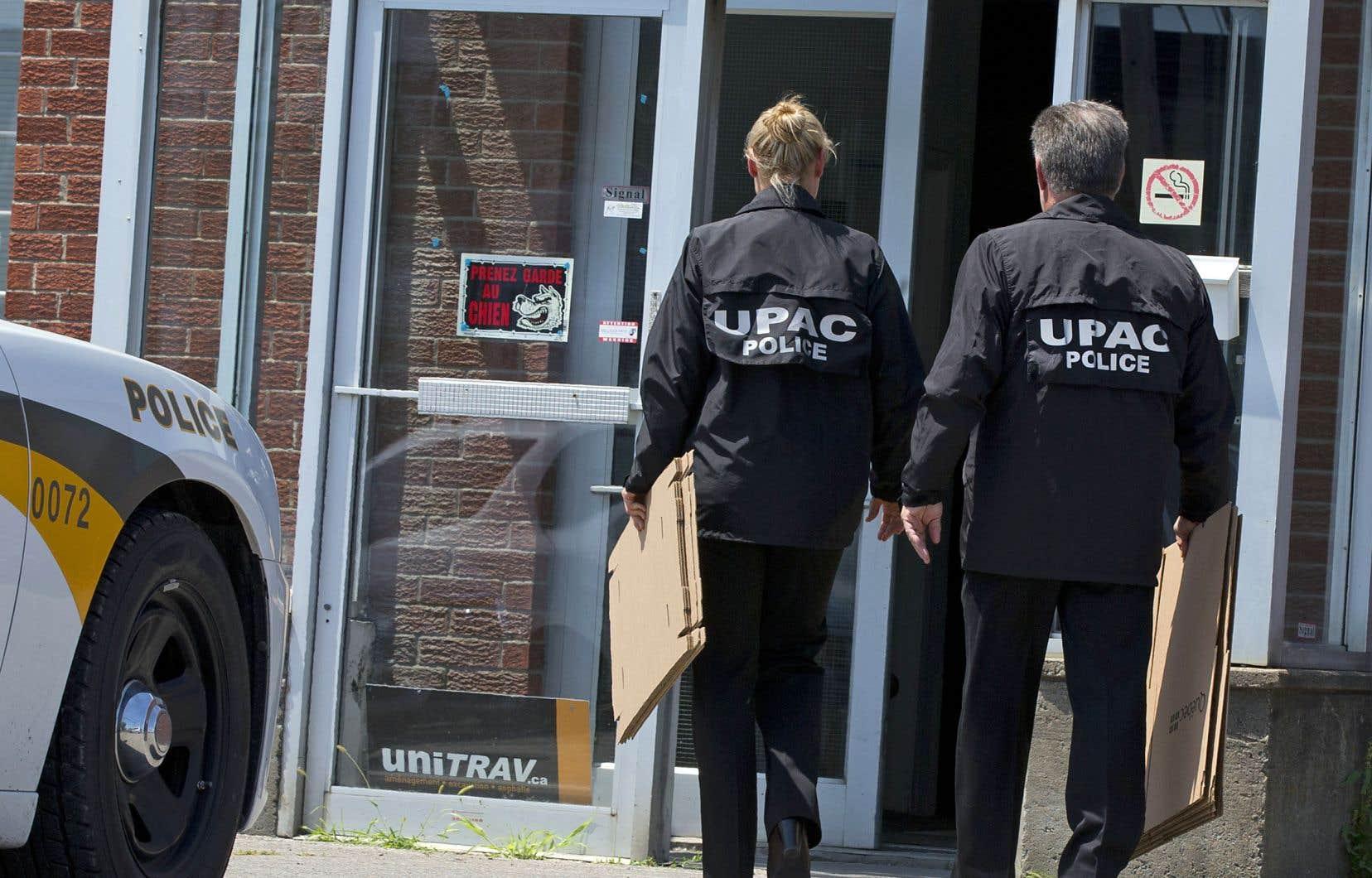 Selon l'UPAC, la preuve recueillie tend à démontrer qu'entre 2000 et 2014, des fonctionnaires ont reçu des sommes d'argent afin de favoriser une entreprise lors d'octrois de contrats informatiques au ministère.