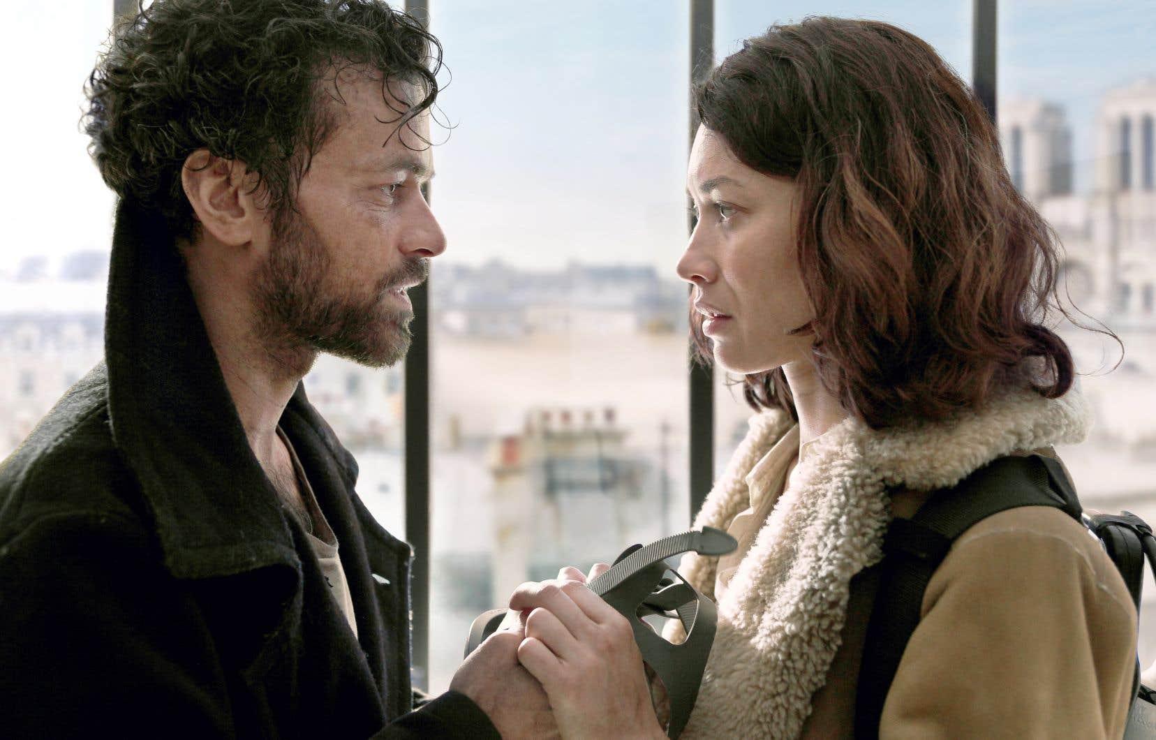 «Dans la brume» suit les péripéties d'une petite famille prisonnière des toits parisiens après l'apparition d'une mystérieuse brume toxique, partout, en contrebas; avec Romain Duris et Olga Kurylenko.