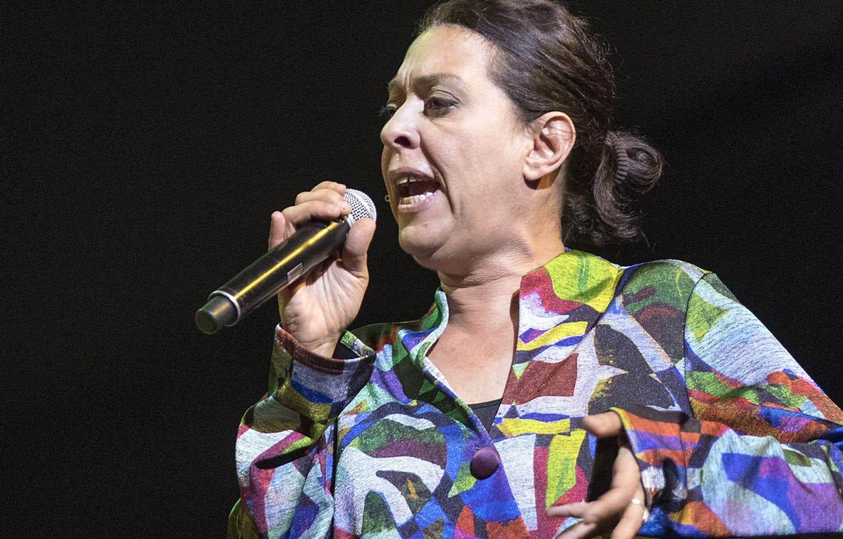 La couverture médiatique des projets récents de Betty Bonifassi nous laisse penser que la chanteuse n'est plus une artiste québécoise, bien qu'elle vive au Québec depuis des années, souligne l'auteur.