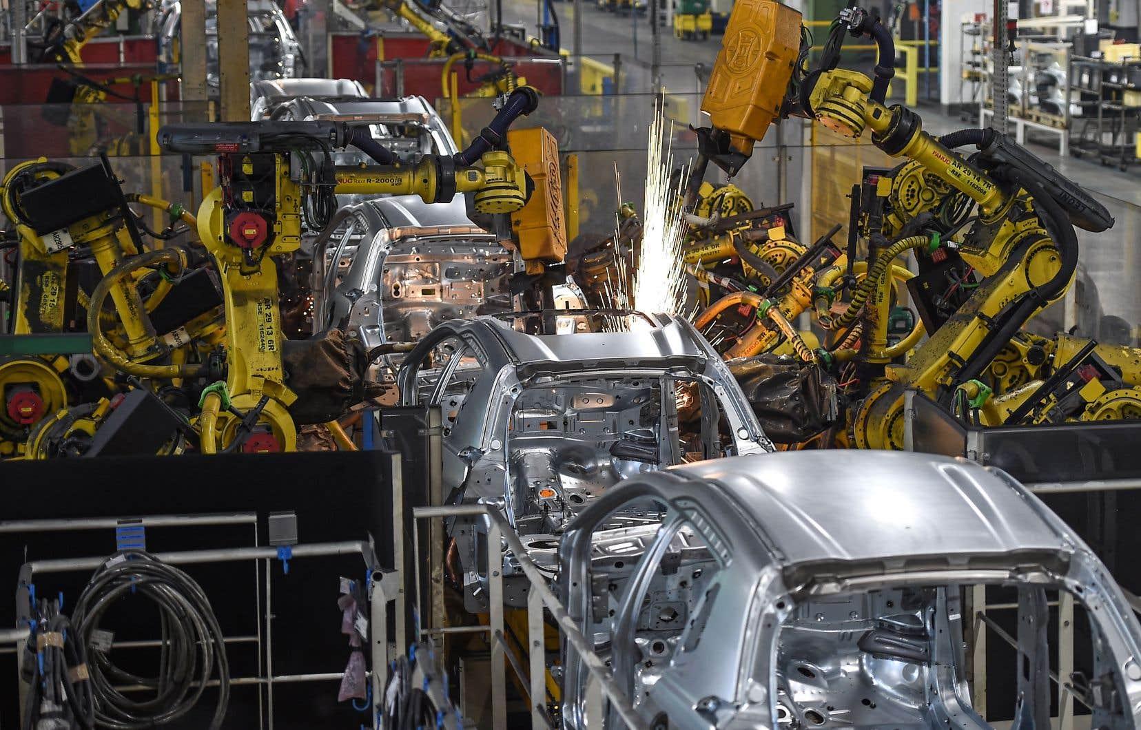 Une ligne d'assemblage entièrement automatisée du constructeur automobile français PSA Peugeot Citroen, à Mulhouse