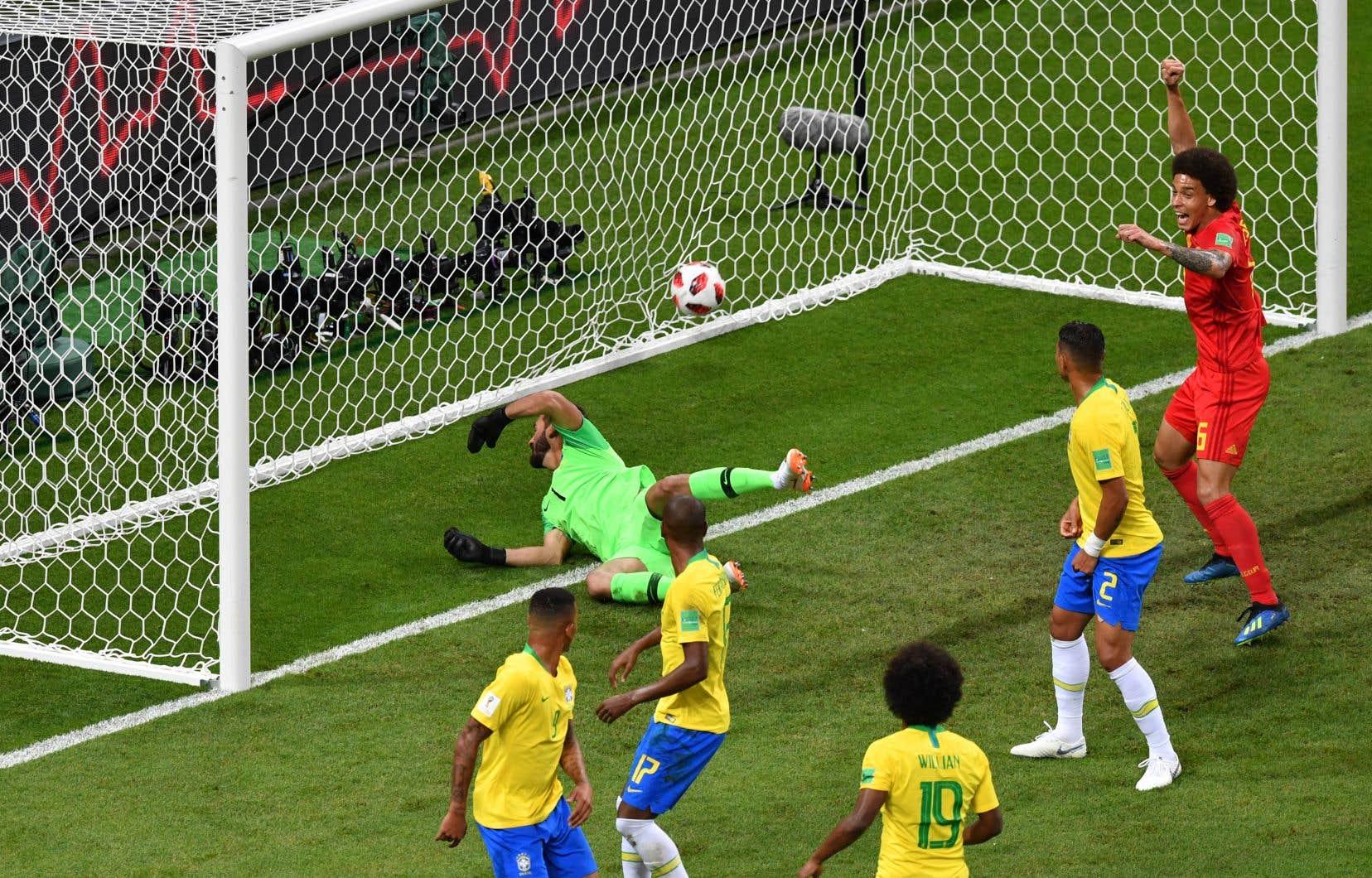 Un coup de pied de coin belge a été redirigé par le défenseur brésilien Fernandinho dans son propre but.
