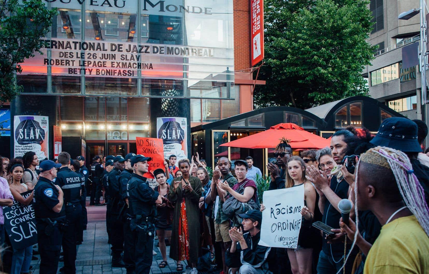 Quelques dizaines de manifestants étaient massés devant le théâtre du Nouveau Monde, lors de la première du spectacle «SLAV».