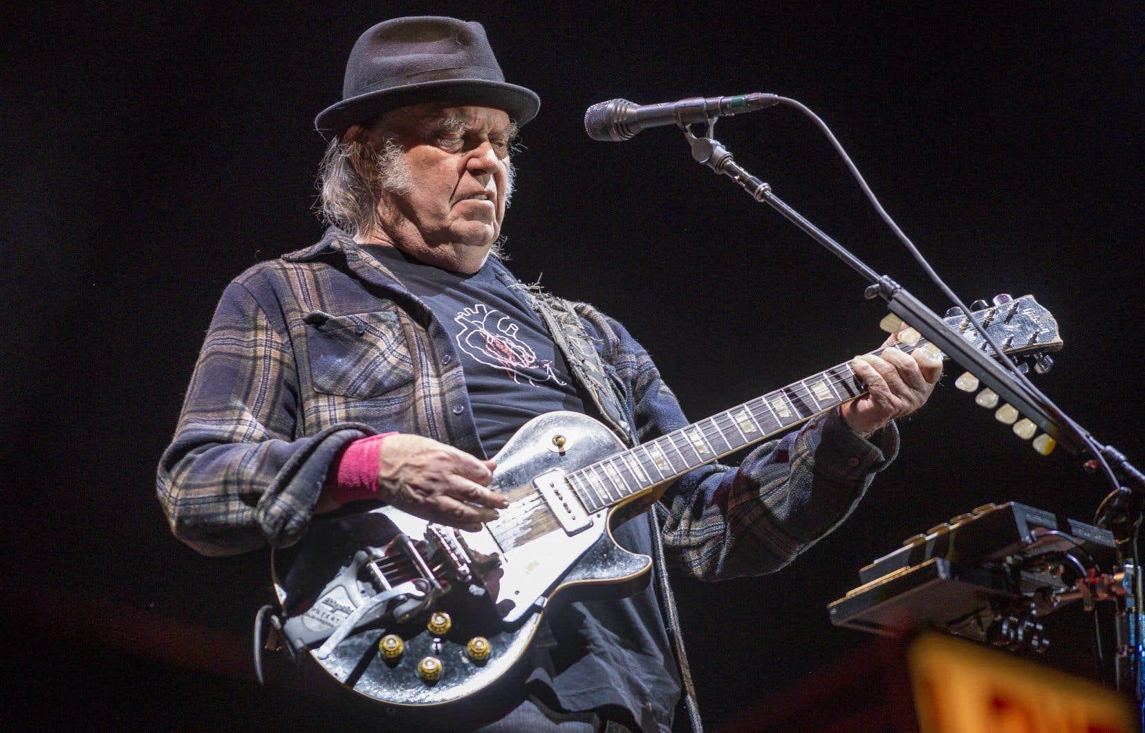 Neil Young a semblé s'amuser ferme avec l'orchestre Promise of the Real vendredi soir au Festival d'été de Québec.