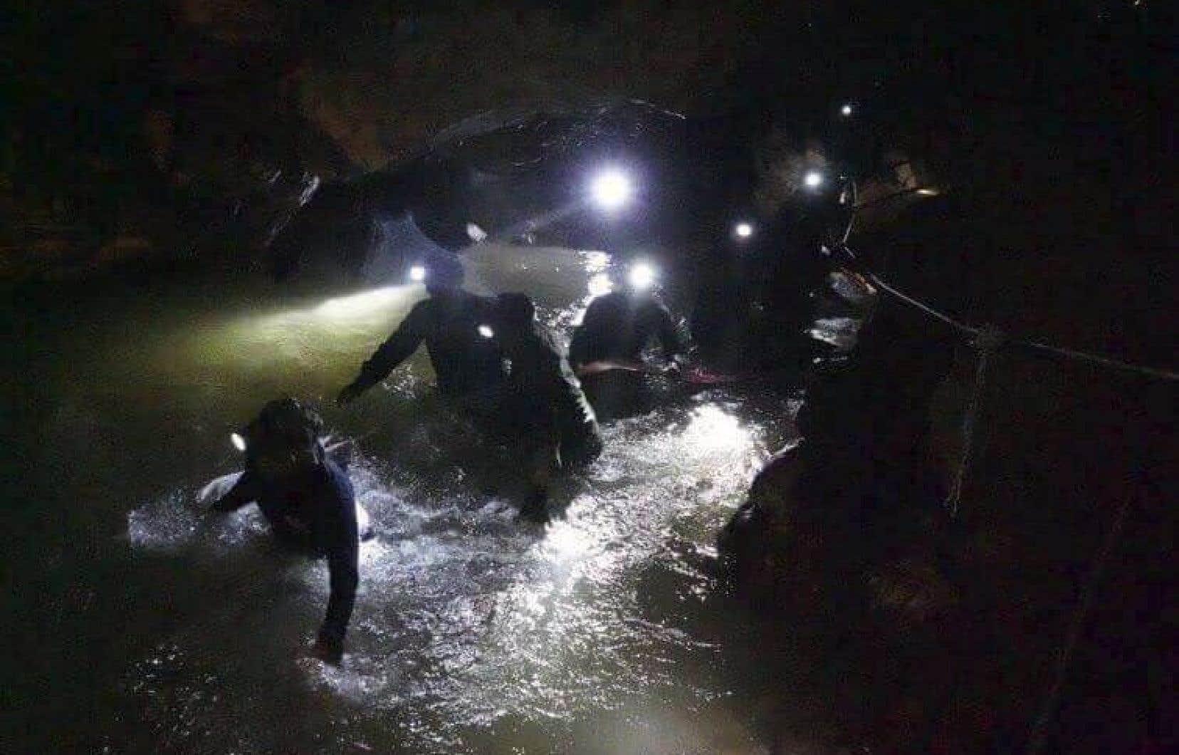 L'opération de sauvetage a fait un premier mort vendredi, lorsqu'un ancien militaire thaïlandais a manqué d'air et perdu connaissance sous l'eau.