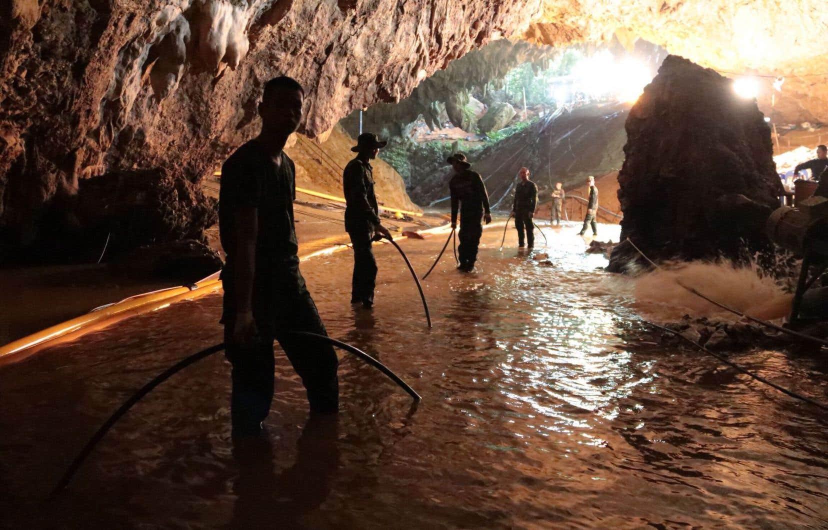 Les secours ont inséré un tuyau de plusieurs kilomètres pour acheminer de l'oxygène dans la poche où le groupe s'est réfugié et le niveau d'oxygène s'est stabilisé dans la grotte.