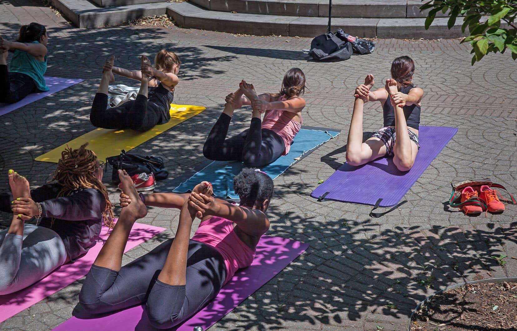 La «yogamania» n'épargne pas Montréal, où de nombreux adeptes profitent des températures clémentes pour suivre des cours de groupe à l'extérieur.