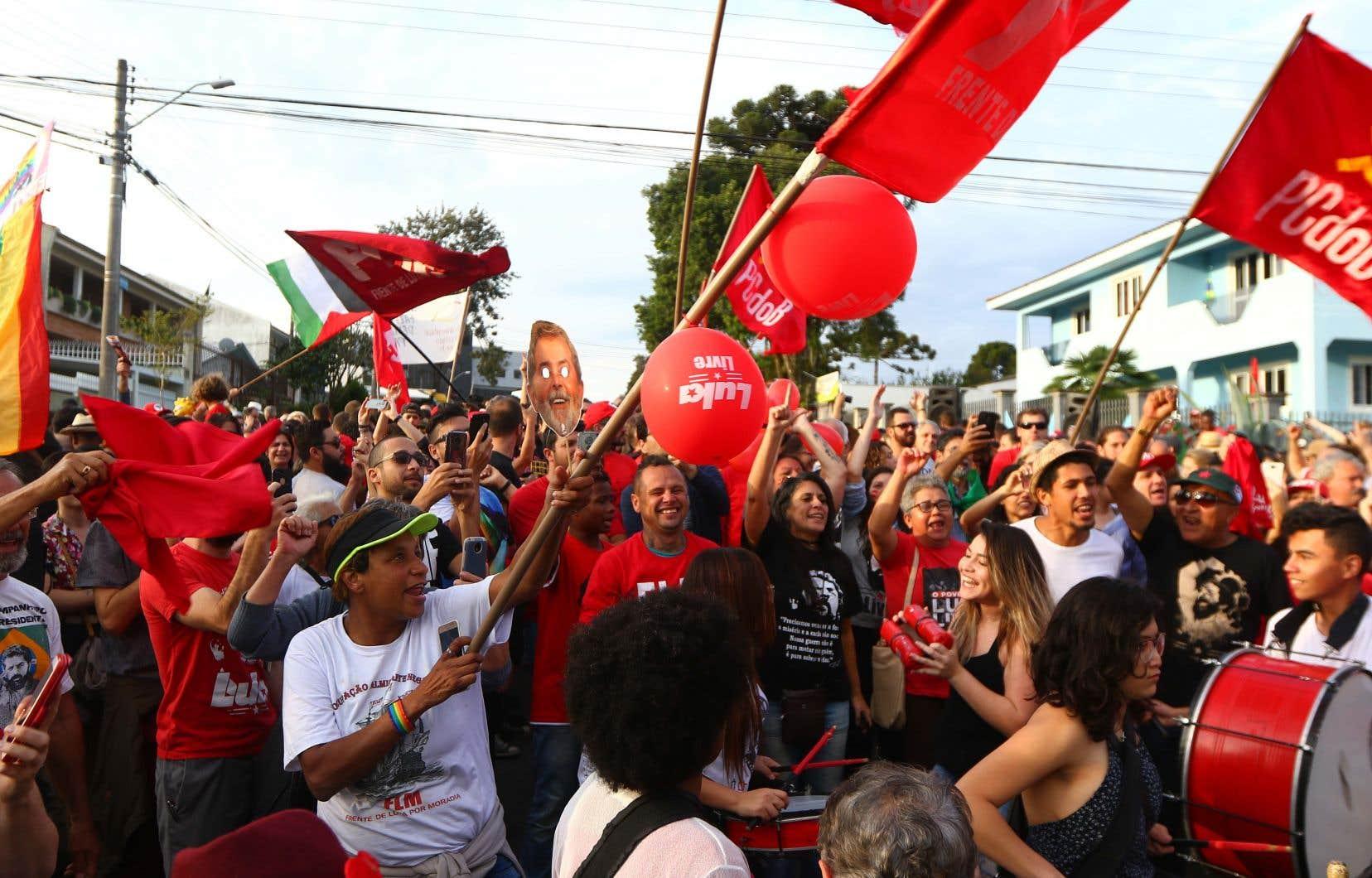 Tandis que les partisans de Lula commençaient déjà à fêter sa libération imminente trois mois après son incarcération pour corruption, le juge Joao Pedro Gebran Neto de la cour d'appel TRF4 a décidé de le maintenir en prison.