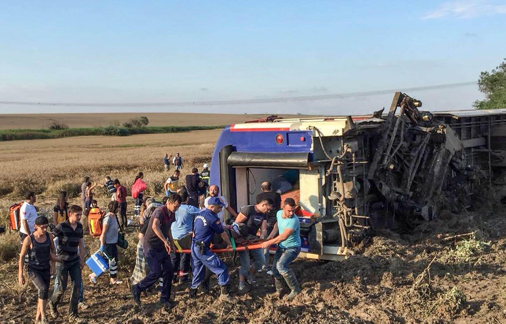 Des sauveteurs transportent une femme blessée à la suite d'un accident de train dans le district de Corlu à Tekirdag, le 8 juillet 2018.