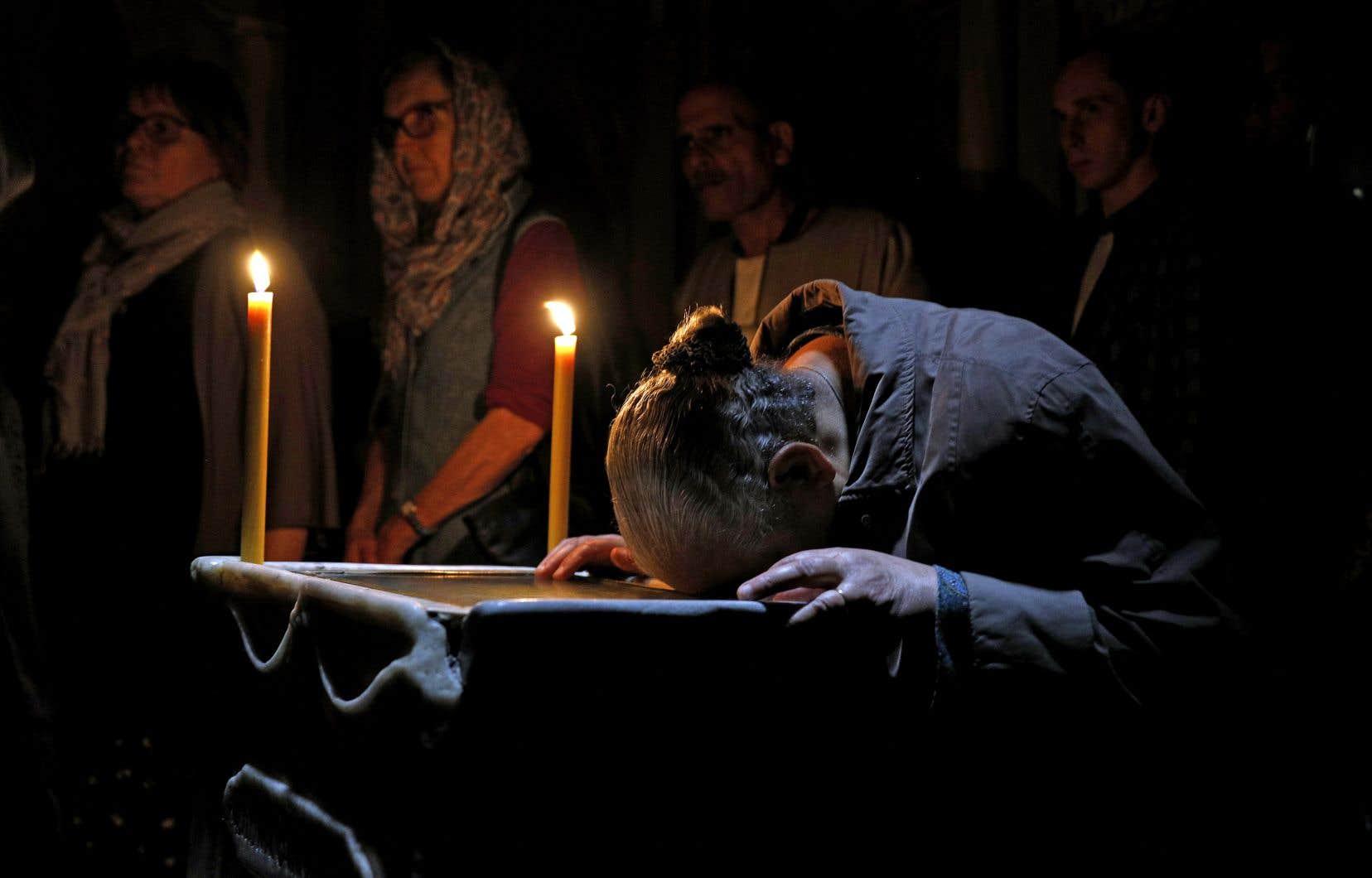 Un pèlerin copte prie à l'intérieur de la basilique du Saint-Sépulcre, dans le quartier chrétien de la vieille ville de Jérusalem.