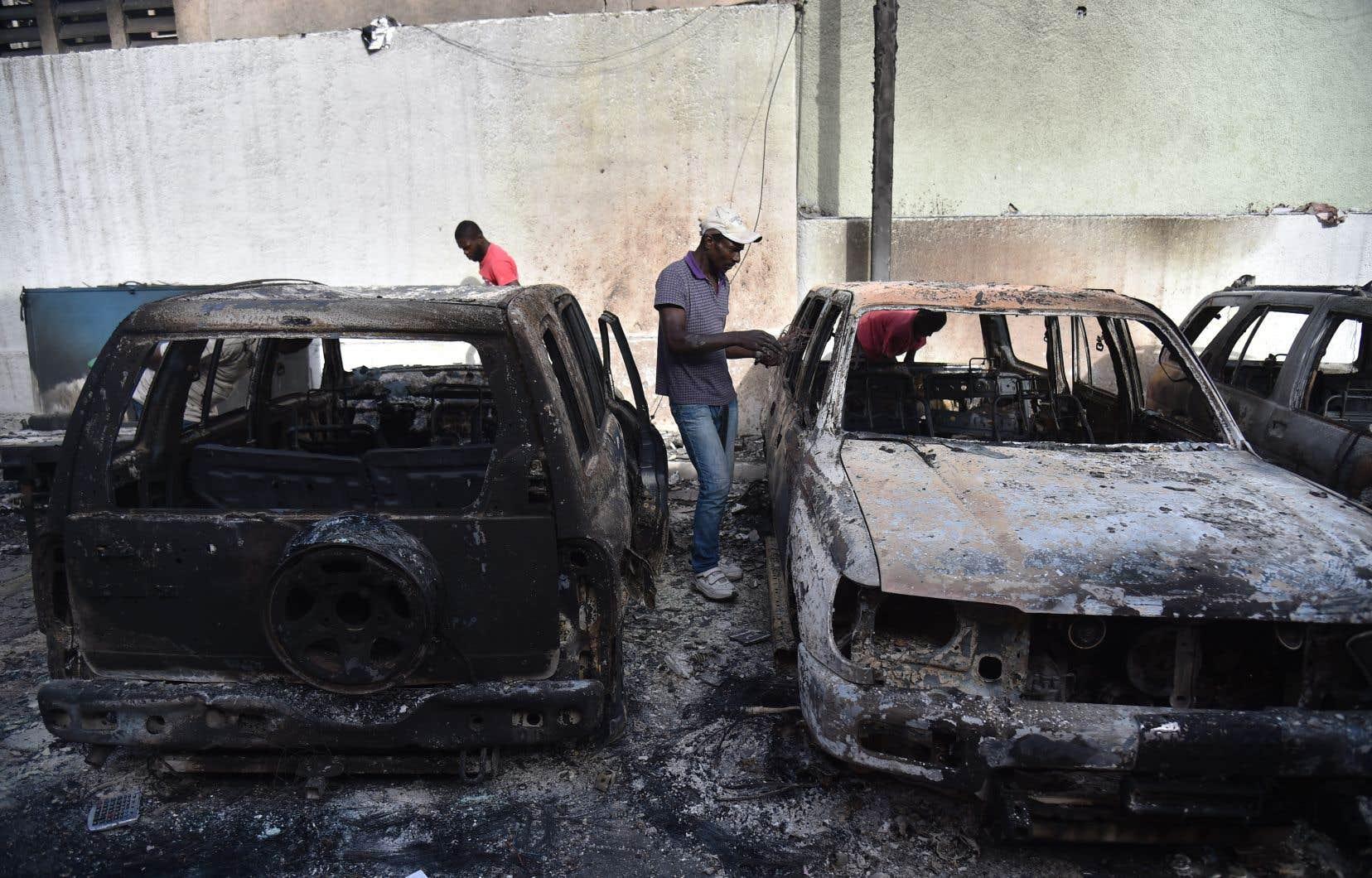 Des pilleurs ont volé, incendié et vandalisé dimanche des commerces dans la capitale haïtienne.