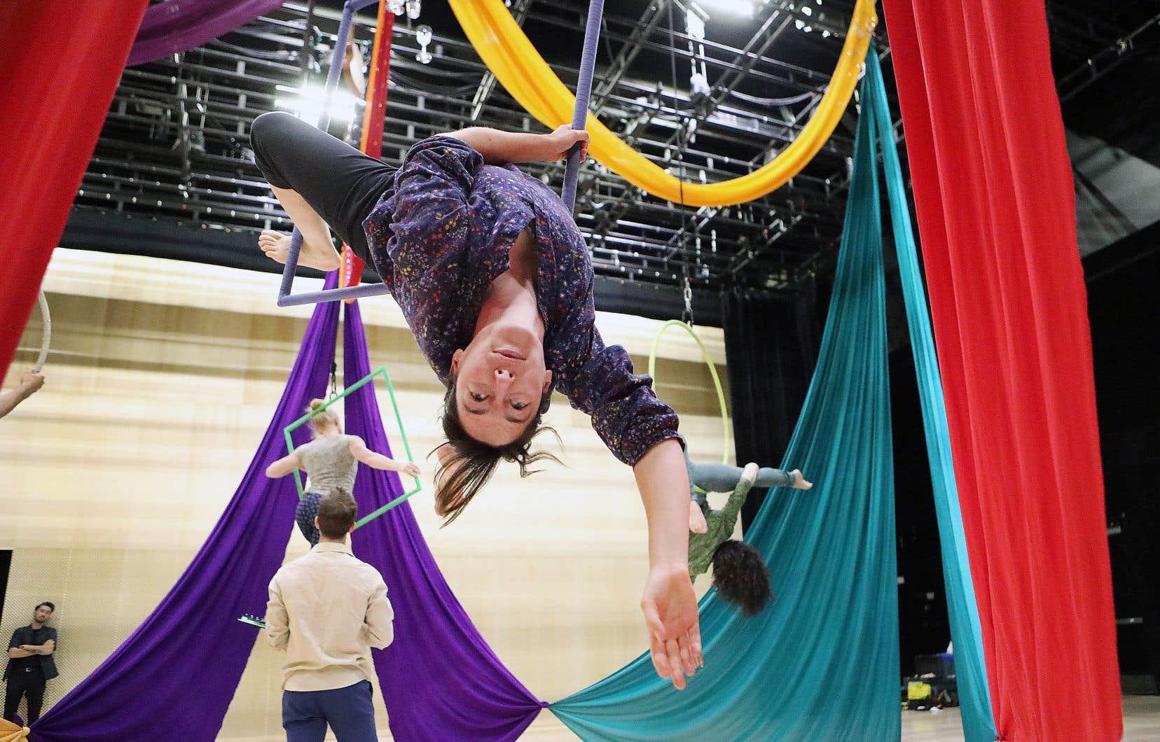 «Le mobile» se veut une immersion dans une bulle réconfortante où le chant, les berceuses, la danse acrobatique et la musique stimulent les petits tout en créant une expérience de découverte.