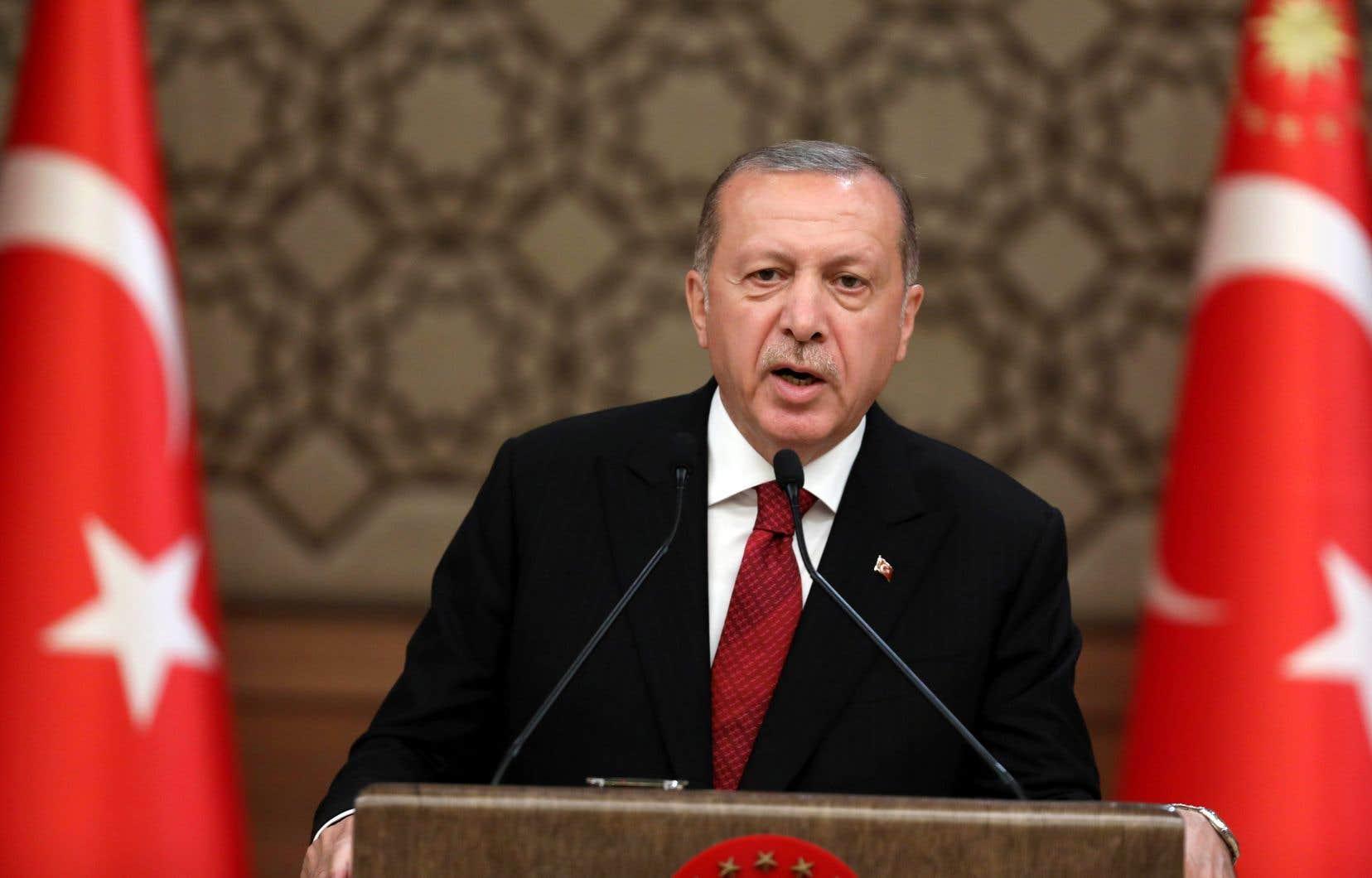 Recep Tayyip Erdogan, 64 ans, a prêté serment au Parlement, s'engageant notamment à accomplir sa tâche d'une manière «impartiale».