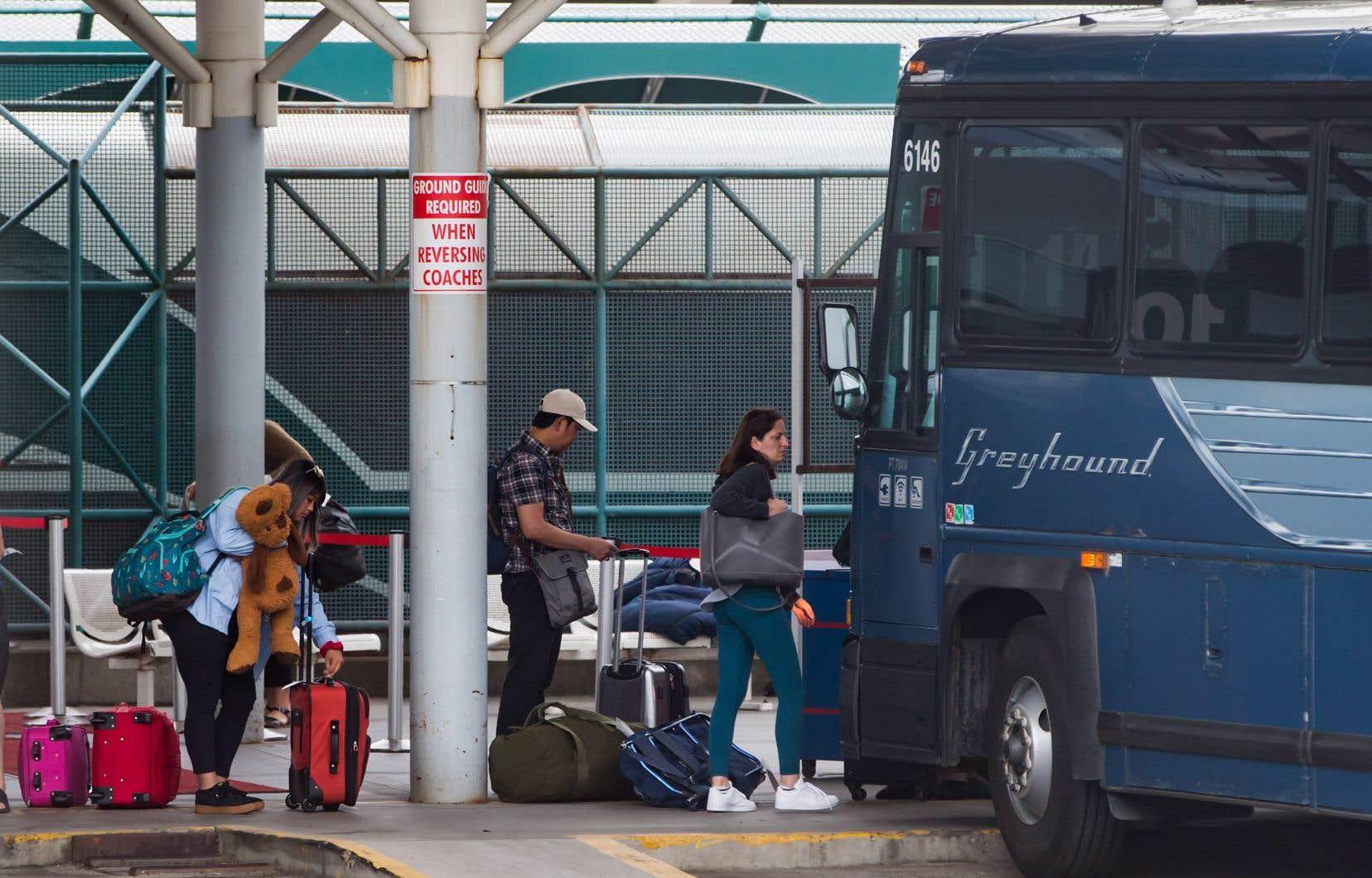 Des passagers de Greyhound récupèrent leurs bagages à leur arrivée à Vancouver.