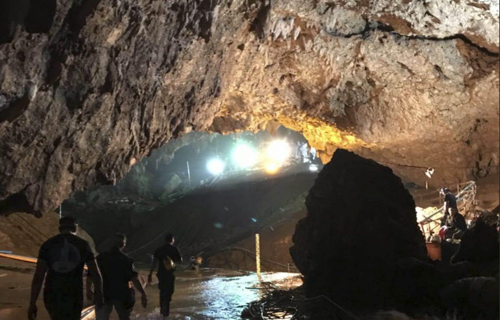 Les jeunes ont passé deux semainespris au piège dans une grotte inondée du nord de la Thaïlande.