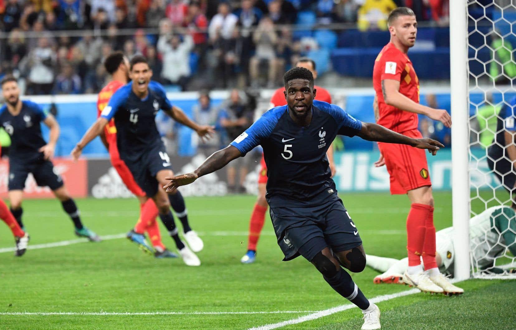 Le défenseur des Bleus Samuel Umtiti célèbre le but marqué contre la Belgique, le seul du match, assurant à la France une place en finale.