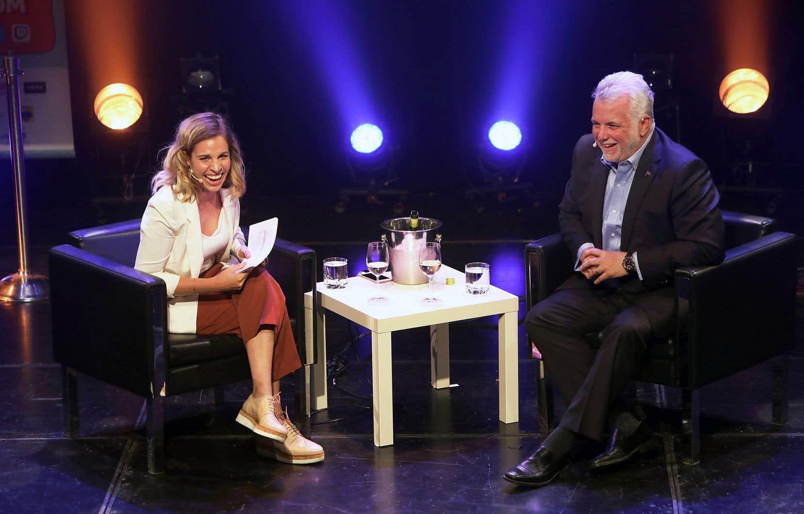 Philippe Couillard a joué le jeu d'une entrevue en direct avec l'humoriste Marie-Lyne Joncas, mardi soir au Zoofest à Montréal.
