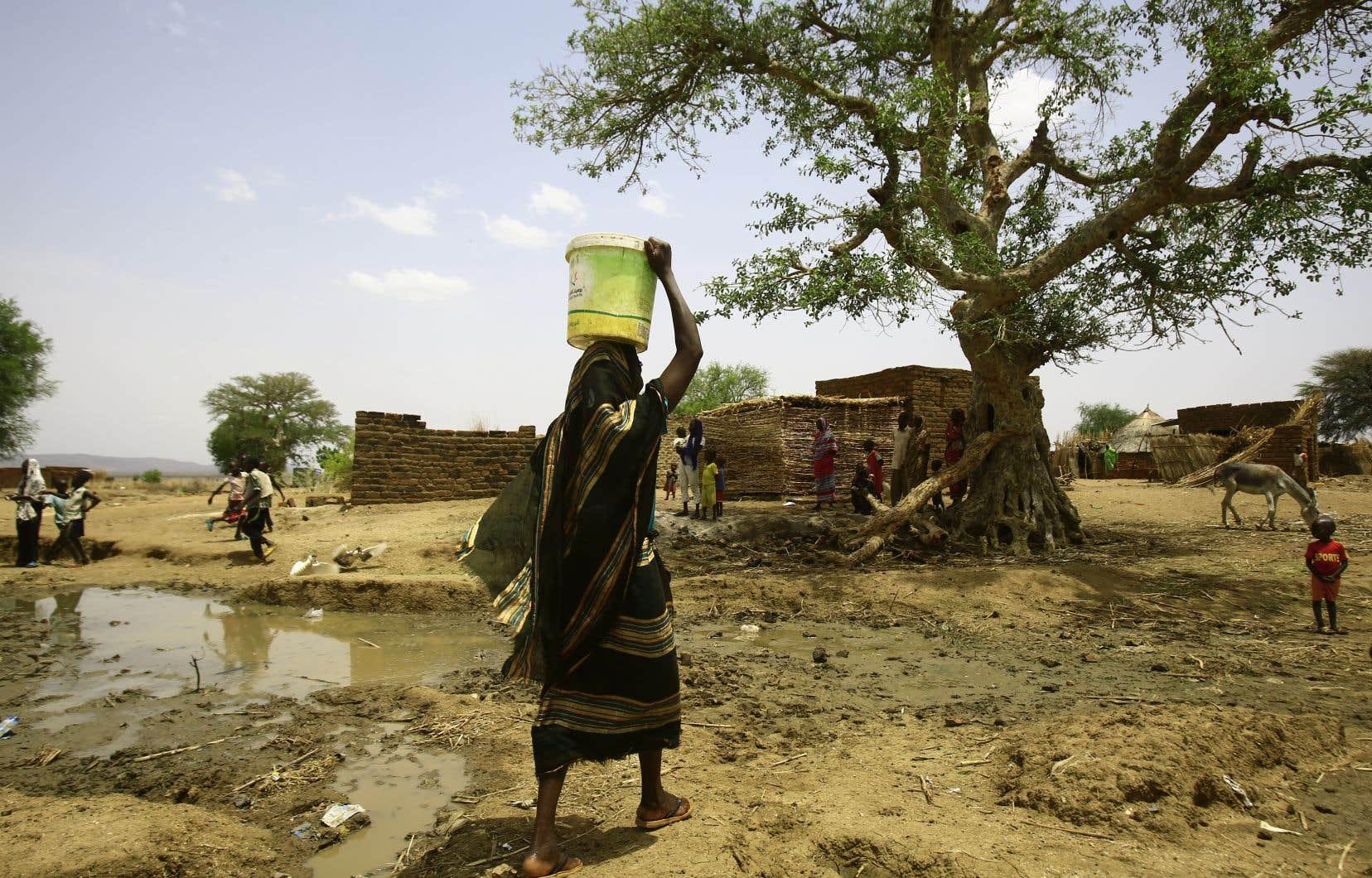 Une femme transportant de l'eau dans un camp de déplacés au Soudan du Sud, en mai dernier.