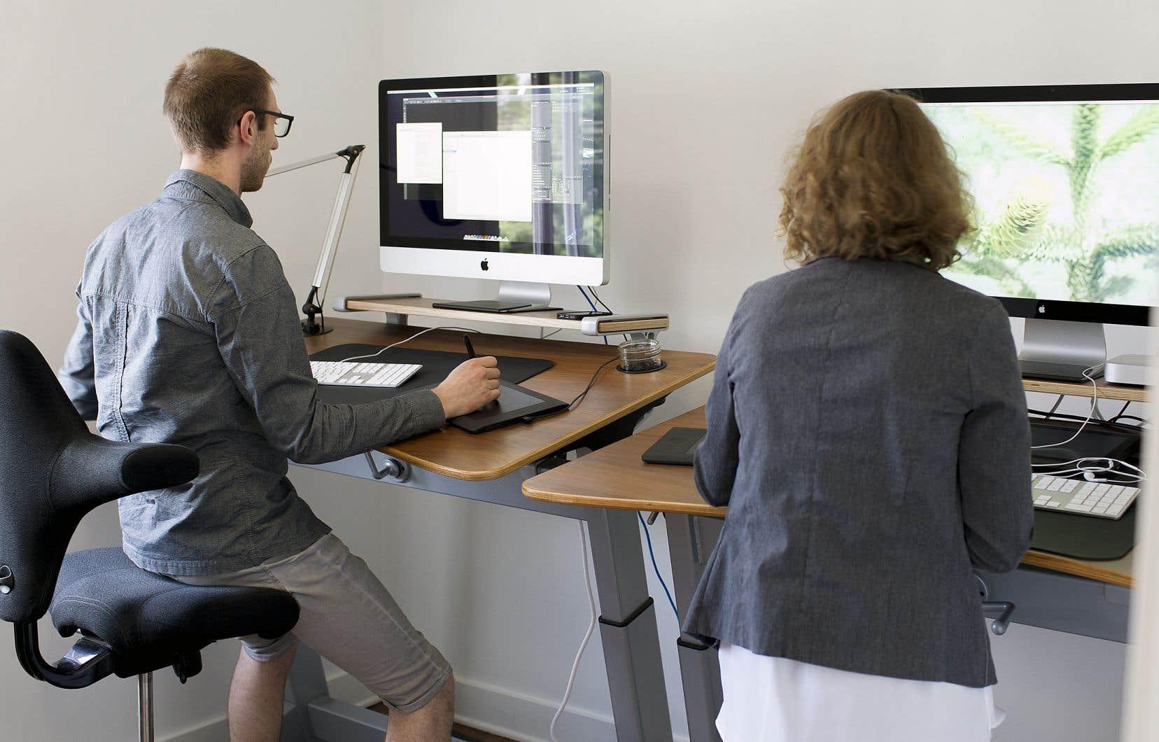 Certains milieux de travail misent sur la santé de leurs employés en offrant des postes de travail ajustables pour accomplir leur boulot en position debout ou encore en marchant sur des tapis roulants à très faible vitesse.