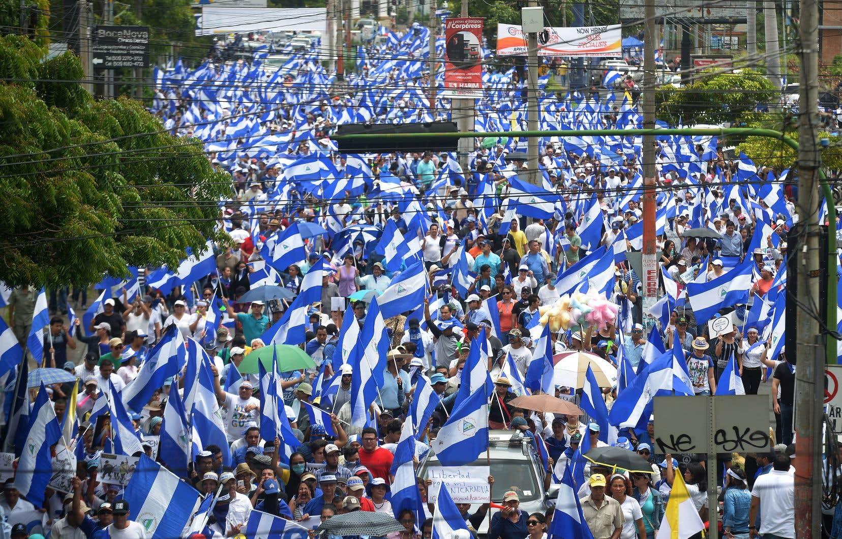 «Justice!», «Pas un pas en arrière!», «Le peuple uni ne sera jamais vaincu!», ont scandé les manifestants lors d'une marche à Managua, jeudi.