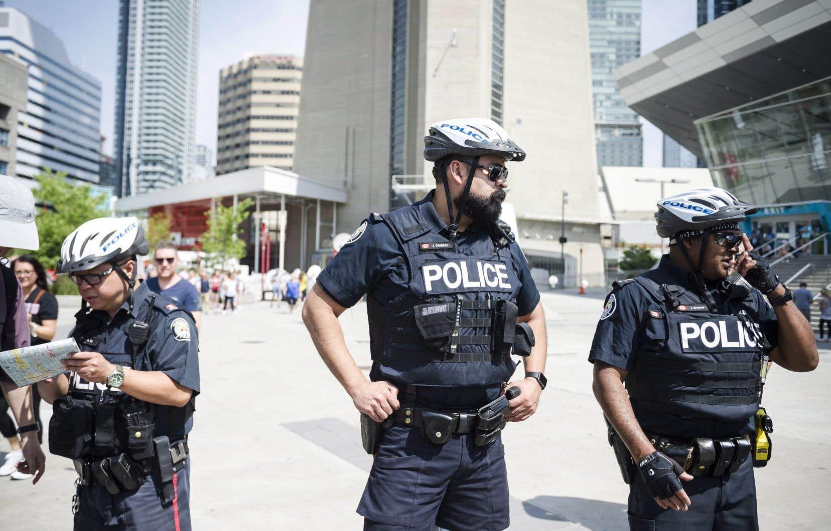<p>De nombreux policiers étaient visibles dans plusieurs secteurs de Toronto,jeudi.</p>