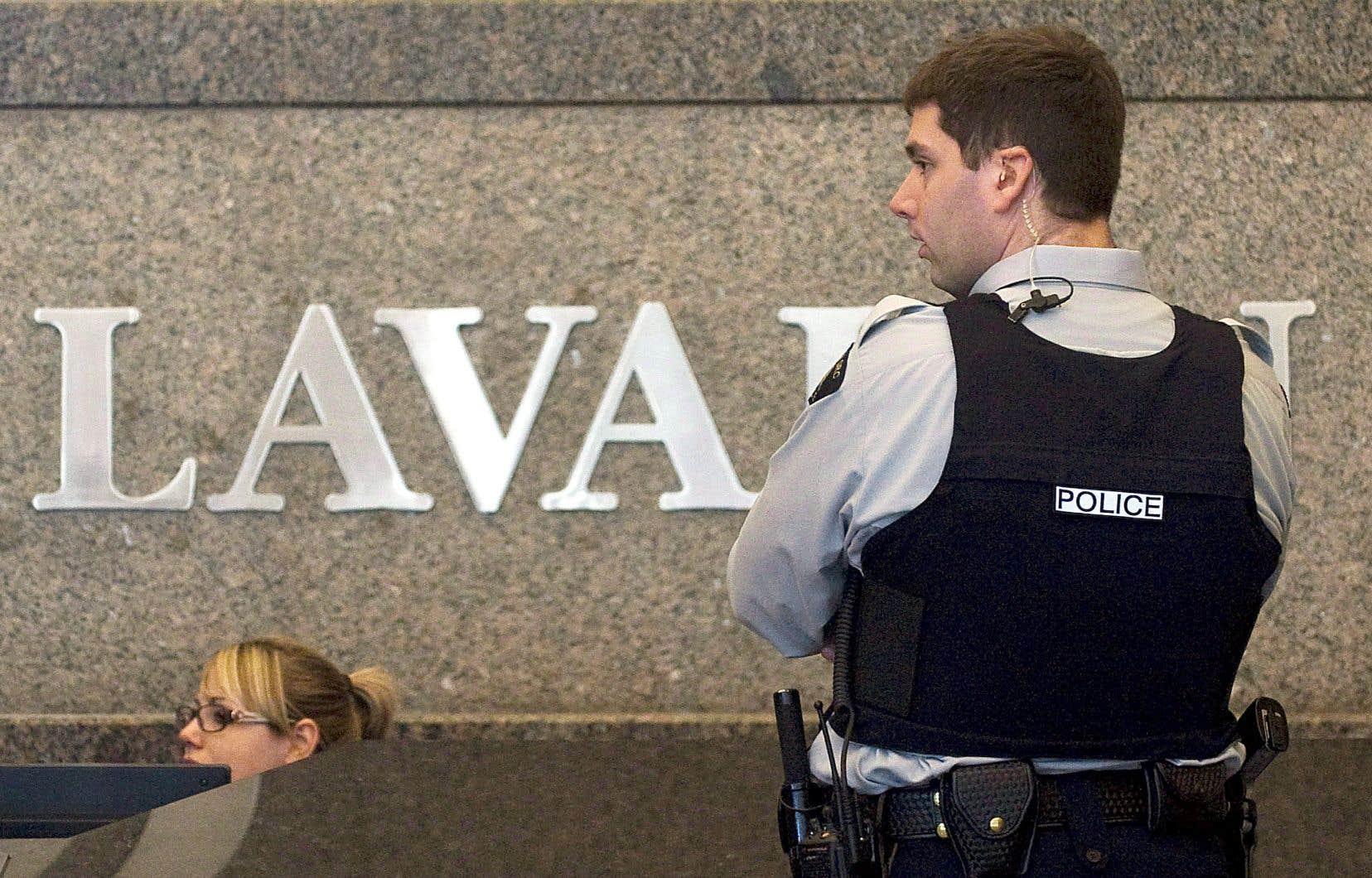 SNC-Lavalin a bénéficié d'ententes particulières en échange de sa collaboration avec les procureurs, selon l'auteur.