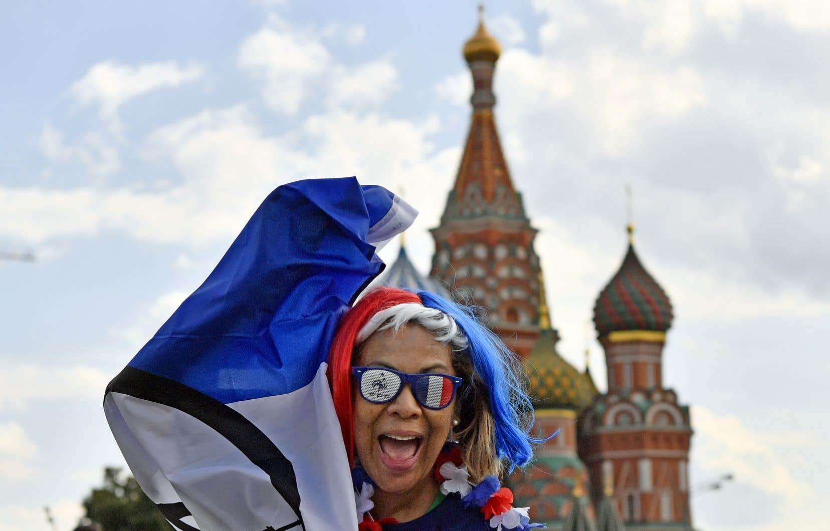 Une partisane de l'équipe de soccer de France pose sur la place Rouge, vendredi, à deux jours de la finale.