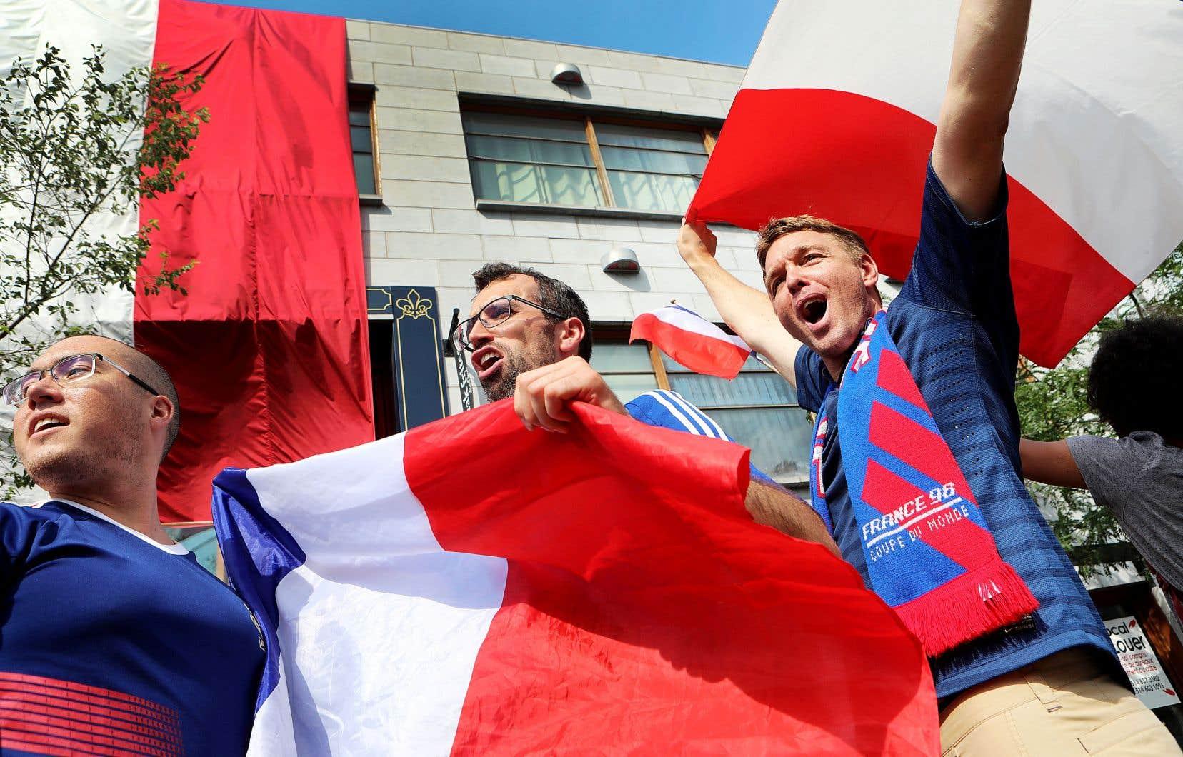 Des partisans des Bleus célébraient la victoire de leur équipe contre la Belgique mardi dernier, dans un pub de la rue Saint-Denis, à Montréal.