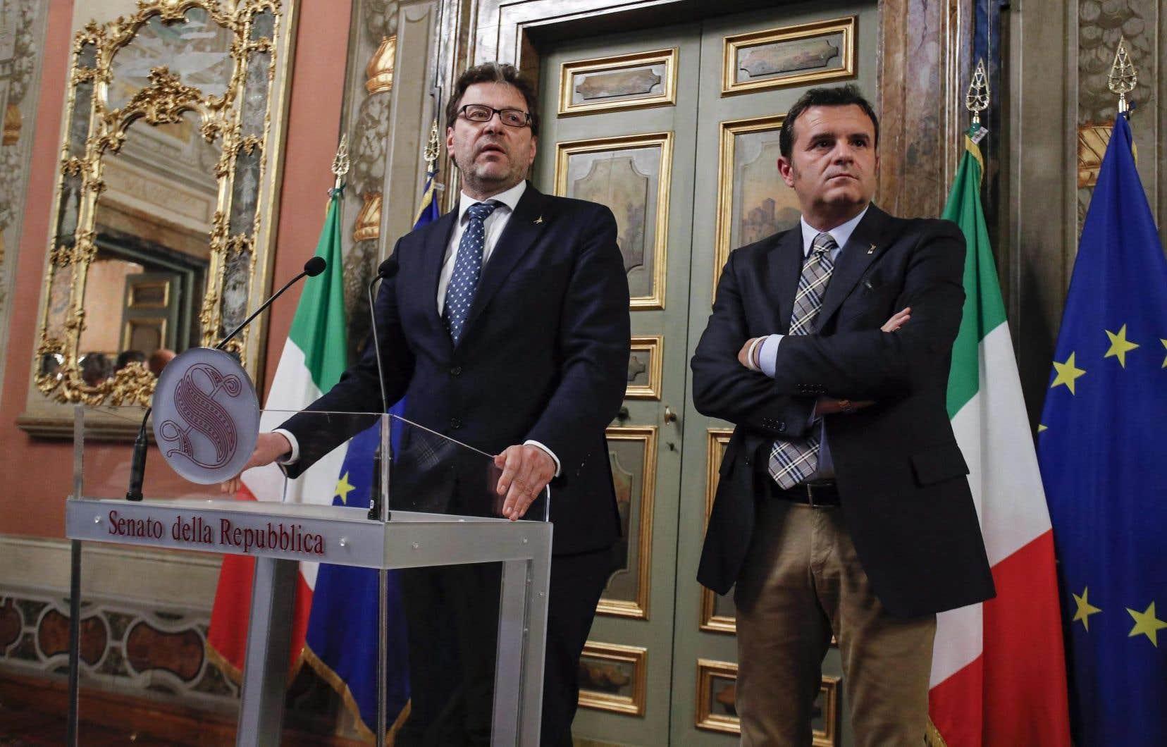 Le ministre italien de l'Agriculture, Gian Marco Centinaio (à gauche), avait annoncé le 14juin que la majorité parlementaire ne ratifierait pas l'accord de libre-échange avec le Canada.