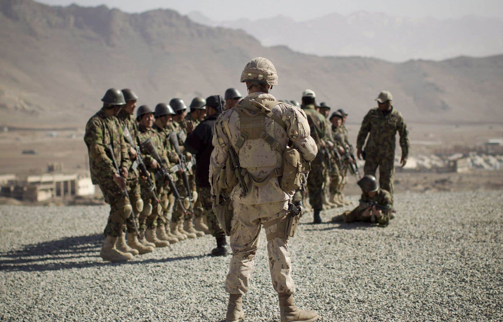 Un soldat des Forces armées canadiennes encadre une séance d'entraînement des soldats de l'Armée nationale afghane au Centre d'entraînement militaire de Kaboul, en Afghanistan, le mercredi 7mars 2012.