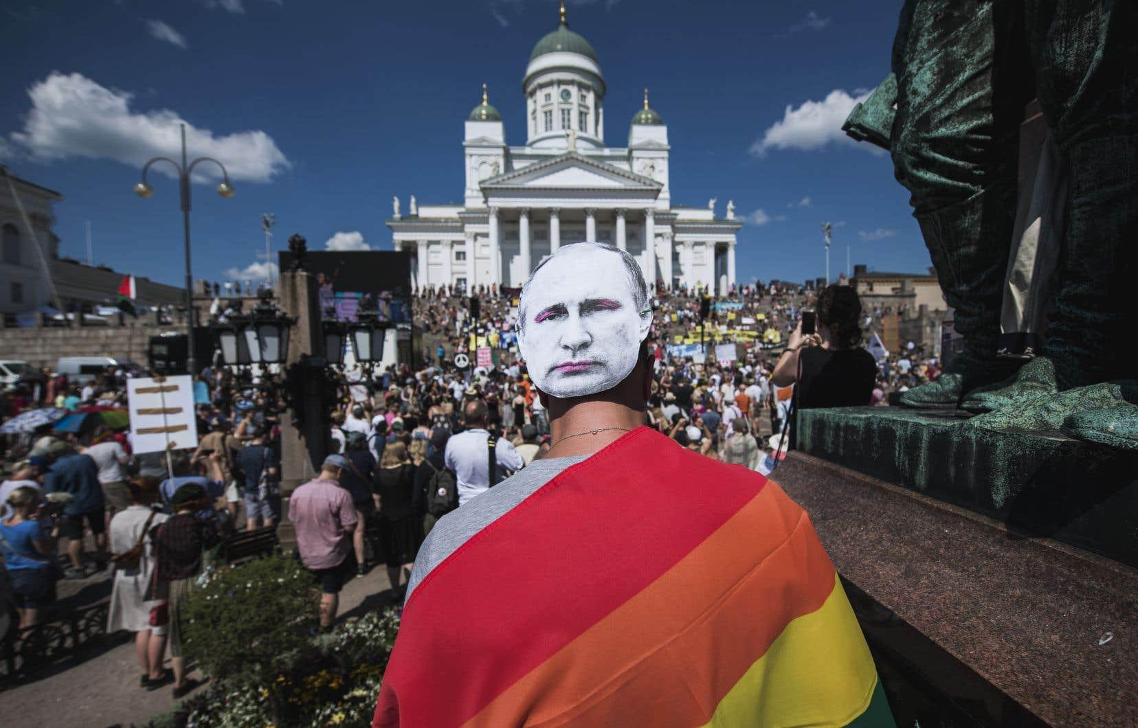 Les manifestants se sont réunis au pied de la grande cathédrale blanche luthérienne d'Helsinki, à deux pas du Palais présidentiel où s'entretiendront pour la première fois en sommet bilatéral les présidents américain et russe.