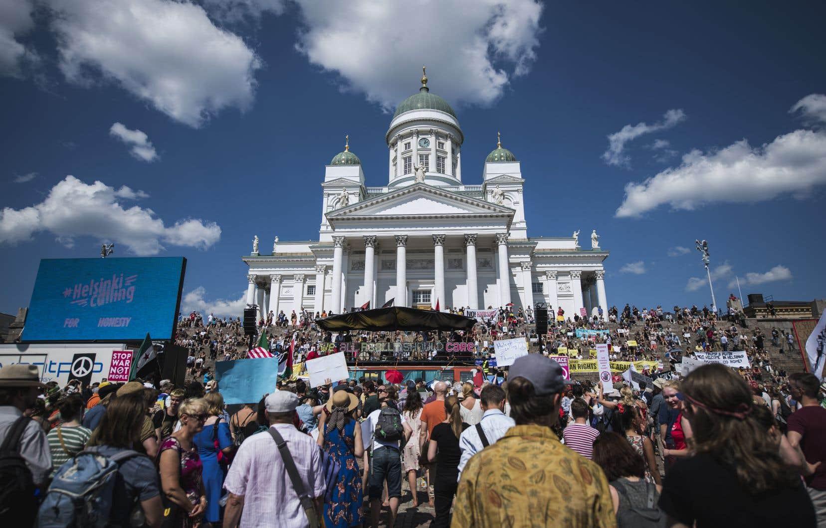 Plusieurs milliers de personnes ont manifesté dimanche à Helsinki, à la veille d'un sommet historique dans la capitale finlandaise entre Donald Trump et Vladimir Poutine.